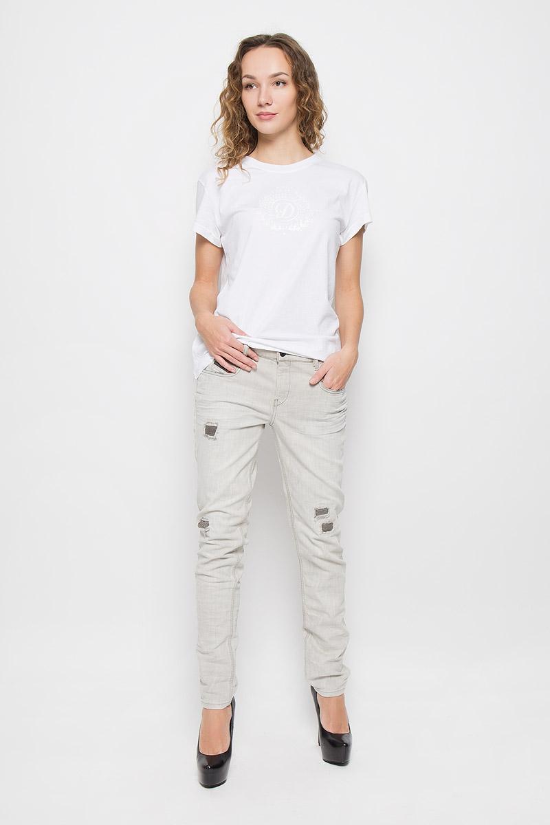 Джинсы00SSSI-0676M/02Стильные женские джинсы Diesel Belthy выполнены из хлопка с добавлением эластана. Материал мягкий и приятный на ощупь, не сковывает движения и позволяет коже дышать. Джинсы-слим с заниженной посадкой застегиваются на пуговицу в поясе и ширинку на застежке-молнии. На поясе предусмотрены шлевки для ремня. Джинсы имеют классический пятикарманный крой: спереди модель оформлена двумя втачными карманами и одним маленьким накладным кармашком, а сзади - двумя накладными карманами. Модель оформлена декоративными заплатками, перманентными складками и контрастной прострочкой.