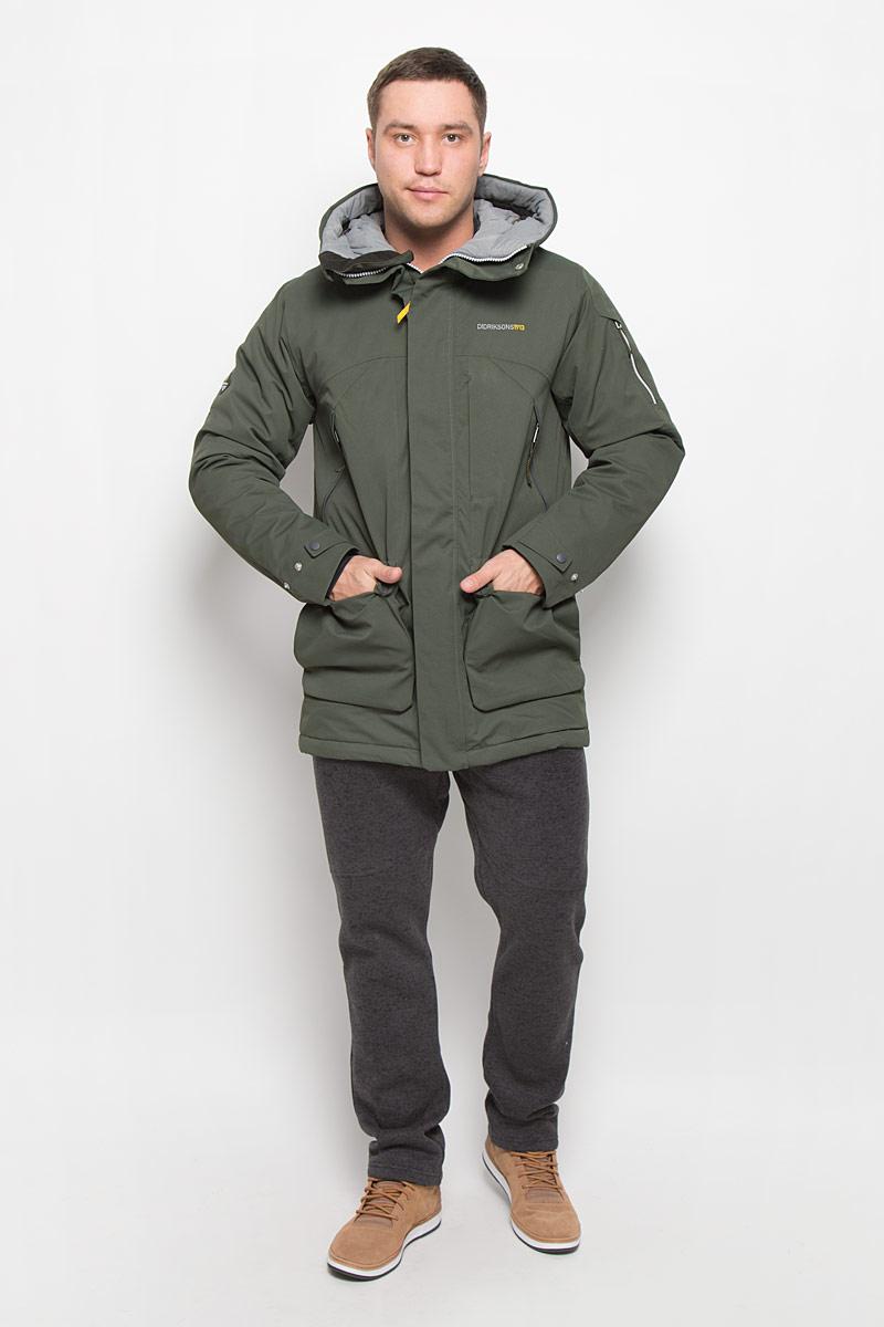 Куртка501000_039Модная мужская куртка Didriksons1913 Trew изготовлена из ветронепроницаемой дышащей ткани - высококачественного полиэстера с утеплителем из 100% полиэстера. Технология Storm System обеспечивает 100% водонепроницаемость и защиту от любых погодных условий. Подкладка выполнена из полиэстера и полиамида. Модель с несъемным капюшоном застегивается на пластиковую молнию и дополнительно на двойной ветрозащитный клапан с кнопками. Капюшон регулируется с помощью эластичных шнурков со стопперами и хлястика на липучке. Спереди изделие дополнено двумя накладными карманами, закрывающимися на клапаны с кнопками, на груди - тремя прорезными карманами с застежками-молниями, с внутренней стороны - двумя накладными сетчатыми карманами, на рукаве - дополнительным прорезным карманом на застежке-молнии. Манжеты рукавов дополнены эластичными напульсниками с отверстиями для больших пальцев. Ширина рукавов регулируются с помощью хлястиков с липучками. Нижняя часть изделия с внутренней стороны...