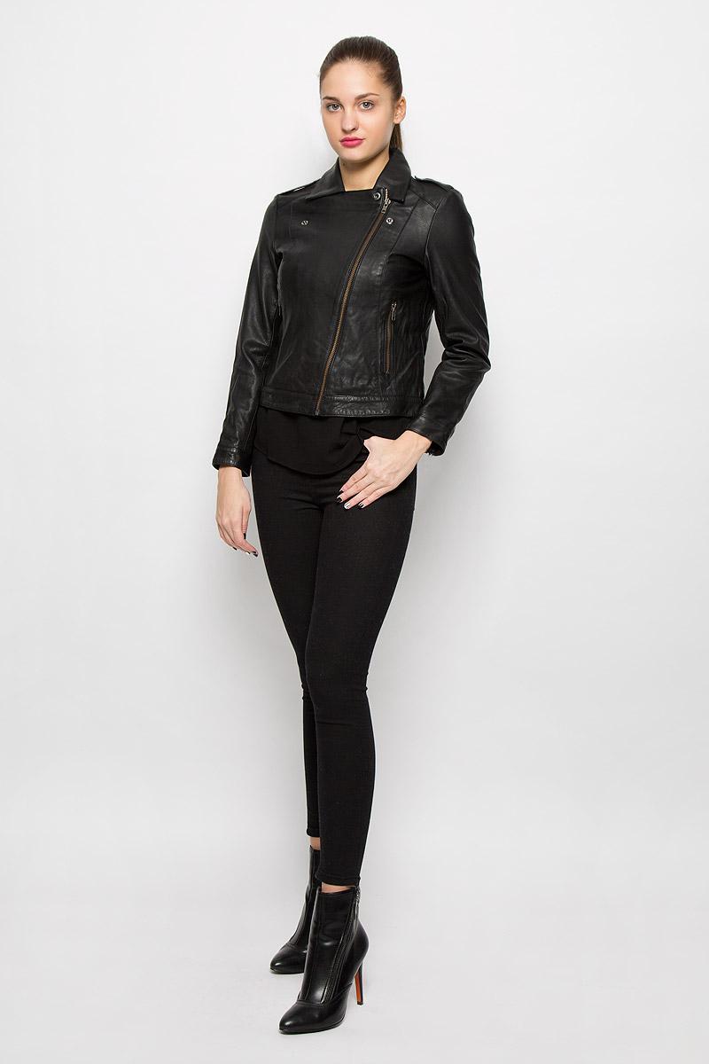 Куртка женская Selected Femme, цвет: черный. 16053069. Размер 36 (42)16053069_BlackЖенская куртка Selected Femme с длинными рукавами и отложным воротником выполнена из натуральной кожи. Подкладка изготовлена из 100% полиэстера. Куртка застегивается на застежку-молнию спереди, дополнена кнопками, позволяющими зафиксировать борта куртки в виде лацканов. Модель дополнена двумя втачными карманами спереди и украшена декоративными застежками-молниями на рукавах.
