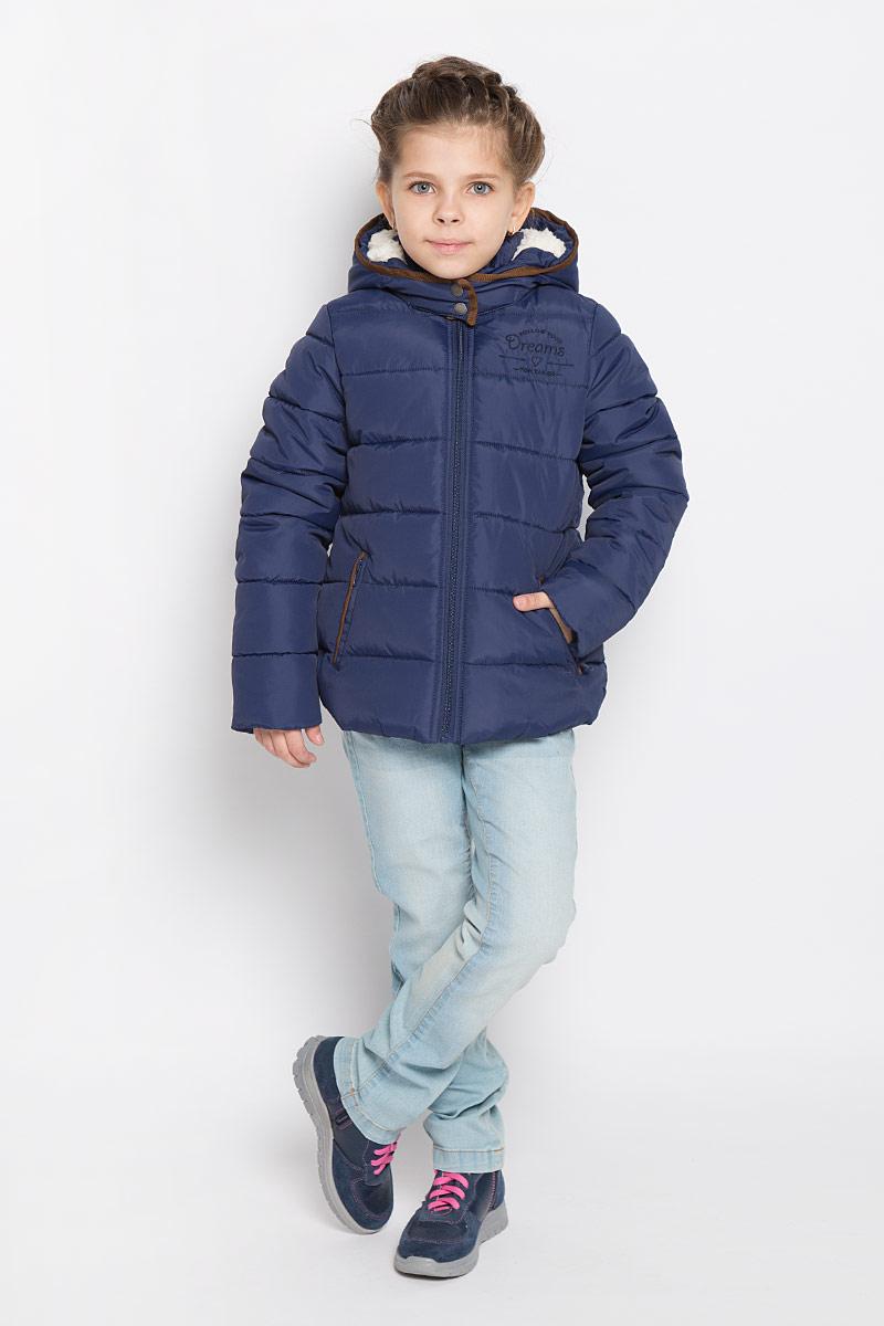 Куртка3532680.00.40_6349Куртка для девочки Tom Tailor выполнена из водоотталкивающей ткани. Подкладка изделия (кроме рукавов) изготовлена из теплого флиса. В качестве утеплителя используется полиэстер. Модель с капюшоном и воротником-стойкой застегивается на молнию с защитой подбородка и внутренней ветрозащитной планкой. Капюшон с подкладкой из искусственного меха пристегивается к куртке с помощью молнии. Капюшон имеет клапан с кнопками, фиксирующийся под подбородком. Рукава дополнены мягкими флисовыми манжетами. Спереди расположены два прорезных кармана, с внутренней стороны имеется накладной карман с застежкой-липучкой. Куртка оформлена текстильной окантовкой контрастного цвета, украшена вышивкой. Модель оснащена светоотражающим элементом.
