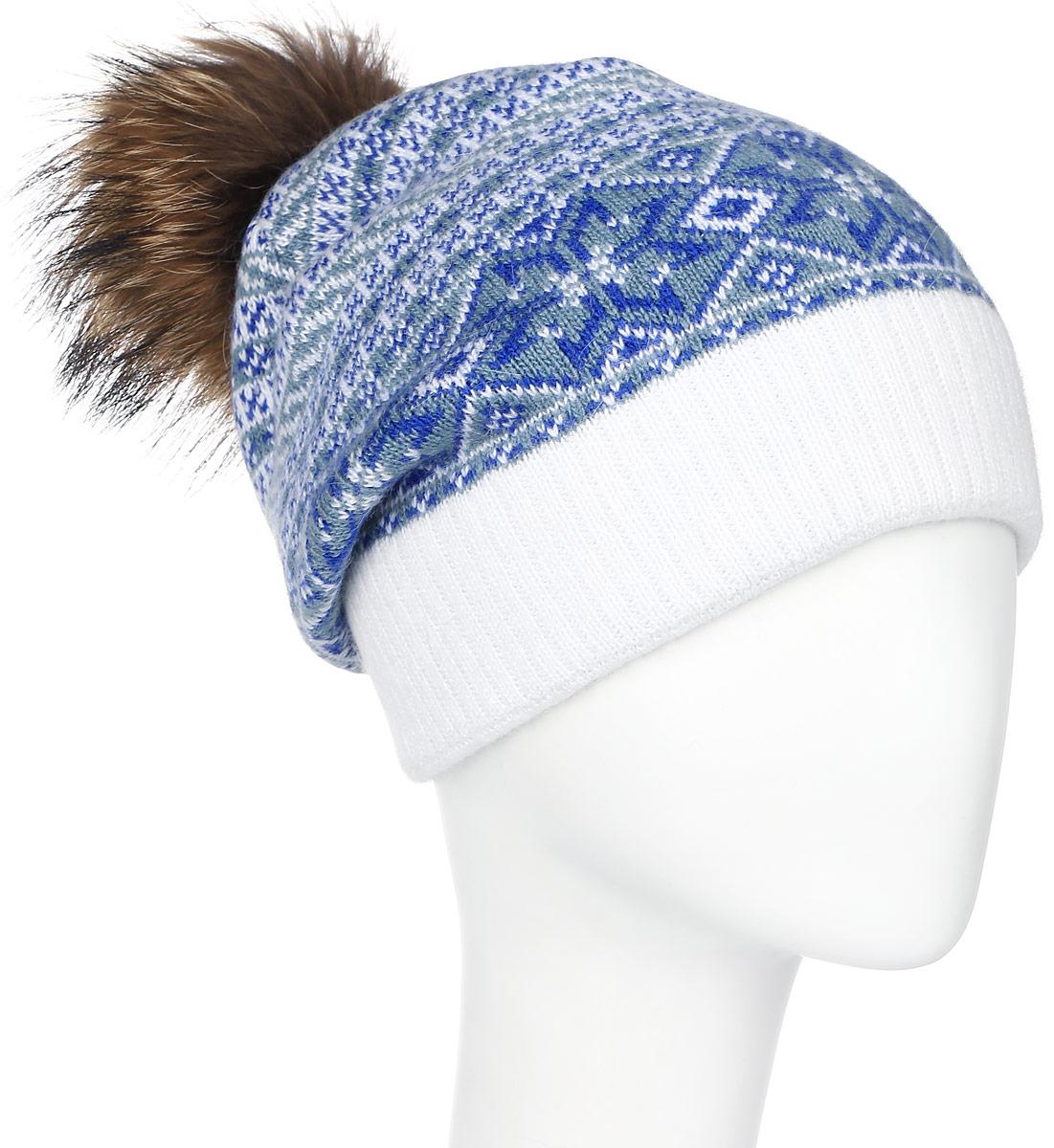 Шапка женская Marhatter, цвет: белый, синий. MWH5008. Размер 56/58MWH5008Теплая женская шапка Marhatter отлично дополнит ваш образ в холодную погоду. Сочетание высококачественных материалов максимально сохраняет тепло и обеспечивает удобную посадку, невероятную легкость и мягкость.Шапка оформлена принтом с узорами и по низу дополнена вязанной резинкой. Спереди модель дополнена нашивкой с надписью логотипа бренда и с металлической пластиной на которой изображена снежинка. Макушка шапки дополнена пушистым помпоном из натурального меха енота. Модель составит идеальный комплект с модной верхней одеждой, в ней вам будет уютно и тепло.Уважаемые клиенты!Размер, доступный для заказа, является обхватом головы.
