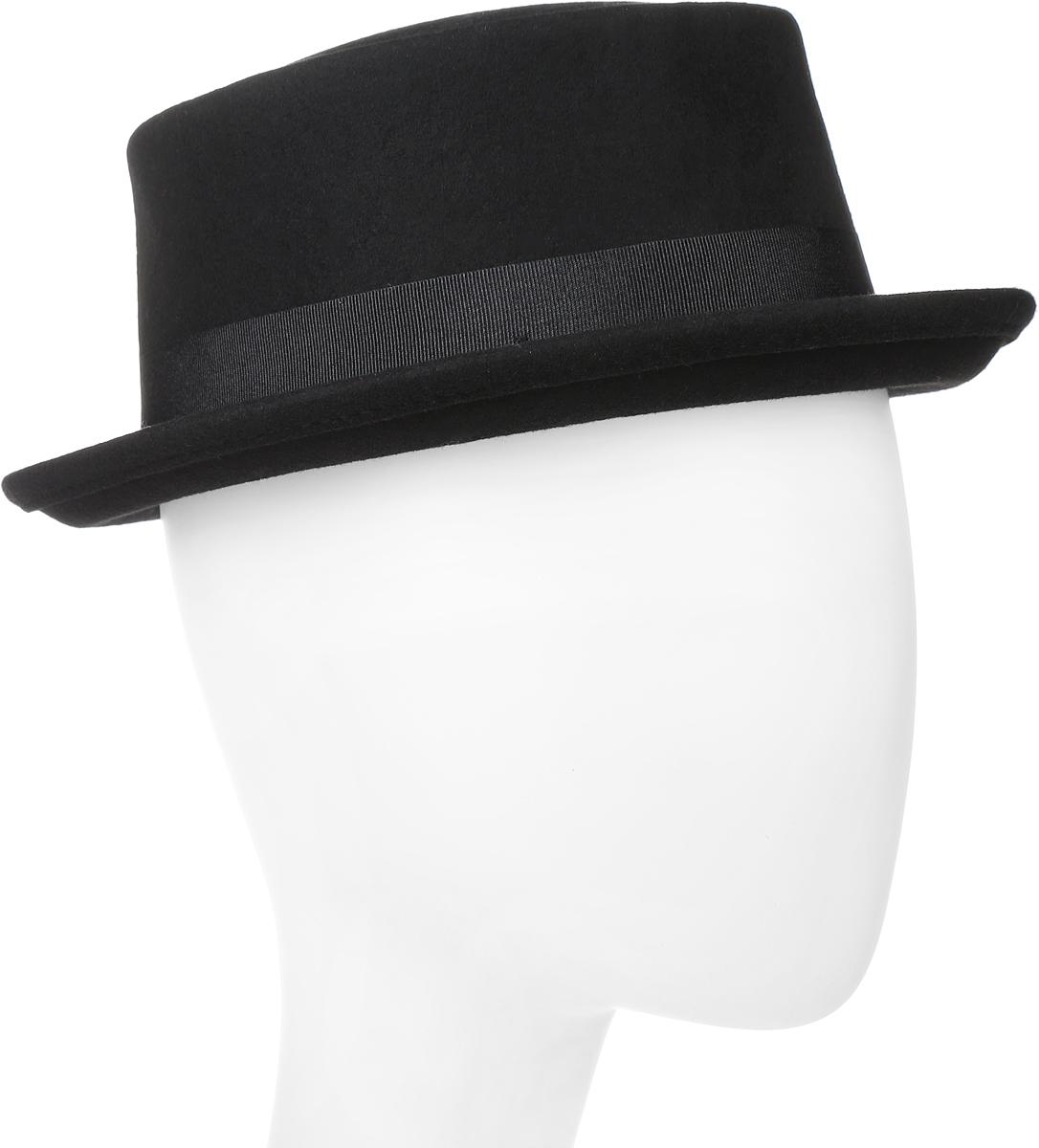 Шляпа Goorin Brothers, цвет: черный. 600-9314. Размер L (59)600-9314Элегантная шляпа Goorin Brothers, выполненная из фетра, дополнит любой образ. Модель с узкими полями и невысокой вертикальной тульей и загнутыми вверх полями. Поля зафиксированы и лучше всего смотрятся в положении вверх, но их можно изгибать вниз по желанию. Шляпа по тулье оформлена широкой репсовой лентой с перетяжкой и металлическим элементом в виде логотипа бренда. Аккуратные поля шляпы придадут вашему образу таинственности и шарма. Такая шляпа подчеркнет вашу неповторимость и прекрасный вкус.