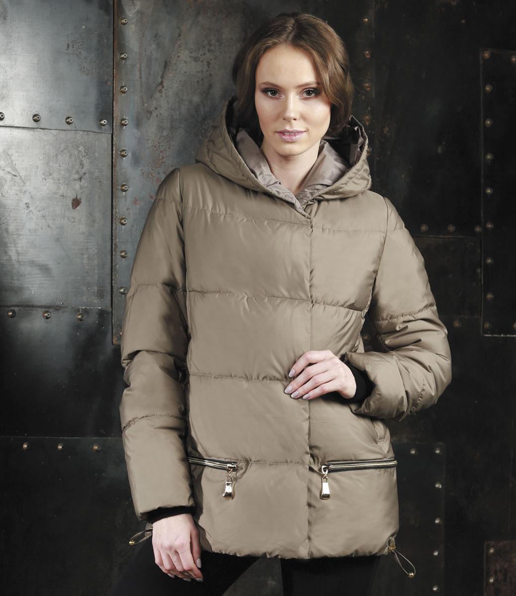 КурткаAL-2965/1Стильная женская куртка Grishko изготовлена из полиамида. В качестве утеплителя используется полиэфирное волокно. Куртка с несъемным капюшоном, оформленным съемным натуральным мехом енота, застегивается на застежку-молнию и на ветрозащитный клапан с кнопками. Спереди расположены два прорезных кармана на кнопках. Нижняя часть модели регулируется с помощью шнурка со стопперами.