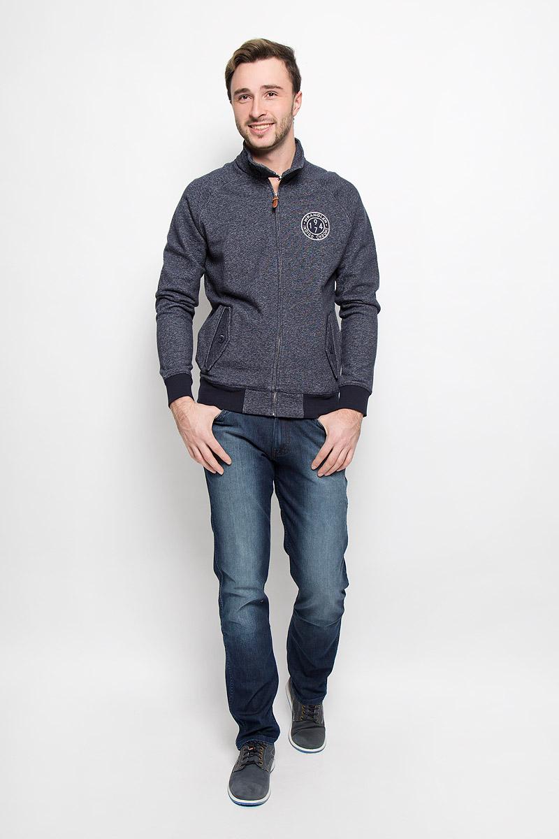 Джинсы мужские Wrangler Greensboro, цвет: темно-синий. W15QEE77T. Размер 30-32 (46-32)W15QEE77TСтильные мужские джинсы прямого кроя и средней посадки изготовлены высококачественного комбинированного материала.Джинсы на талии застегиваются на металлическую пуговицу, а также имеют ширинку на застежке-молнии и шлевки для ремня. Спереди модель дополнена двумя втачными карманами иодним небольшим накладным кармашком, а сзади - двумя накладными карманами. Изделие оформлено небольшим эффектом потертости.