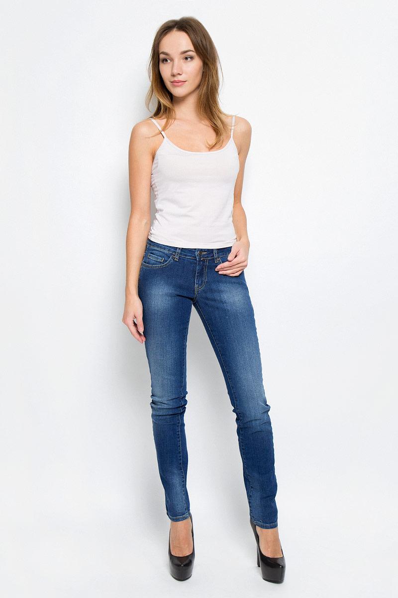 Джинсы265046_19202_Blue denim Paris str., w.mediumСтильные женские джинсы F5, выполненные из эластичного хлопка, созданы специально для того, чтобы подчеркнуть достоинства вашей фигуры. Модель прямого кроя со стандартной посадкой. Джинсы застегиваются на металлическую пуговицу в поясе и ширинку на застежке-молнии, имеются шлевки для ремня. Спереди модель дополнена двумя прорезными карманами и одним небольшим секретным кармашком, а сзади - двумя накладными карманами. Изделие оформлено контрастной отстрочкой и эффектом потертости.