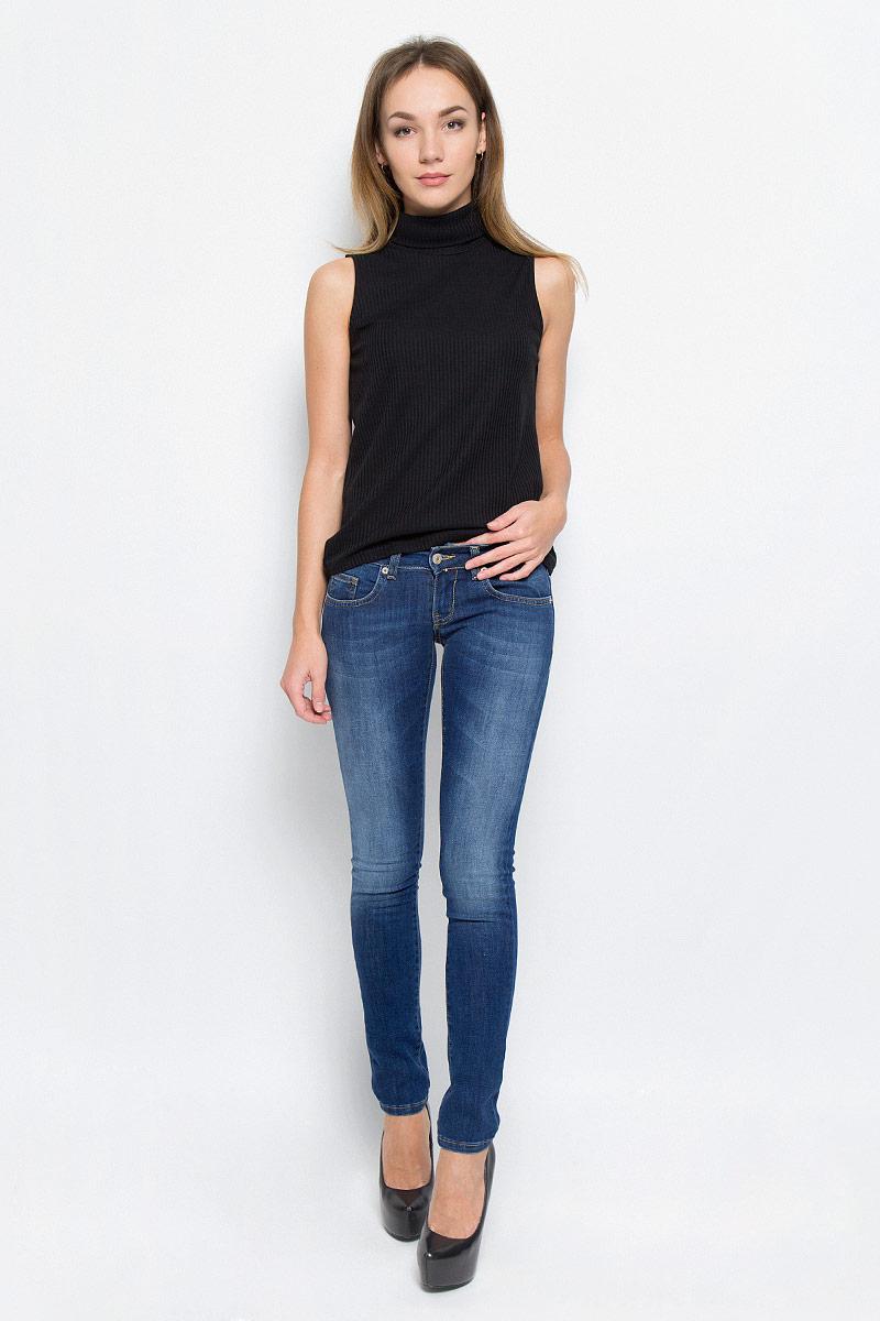 Джинсы265048_19569_Blue denim Tressa str., w.mediumСтильные женские джинсы F5, выполненные из эластичного хлопка с добавлением полиэстера, созданы специально для того, чтобы подчеркнуть достоинства вашей фигуры. Модель сильно облегающая по бедру с низкой талией спереди и средней высотой талии сзади. Джинсы застегиваются на металлическую пуговицу в поясе и ширинку на застежке-молнии, имеются шлевки для ремня. Спереди модель дополнена двумя прорезными карманами и одним небольшим секретным кармашком, а сзади - двумя накладными карманами. Изделие оформлено контрастной отстрочкой и эффектом потертости.