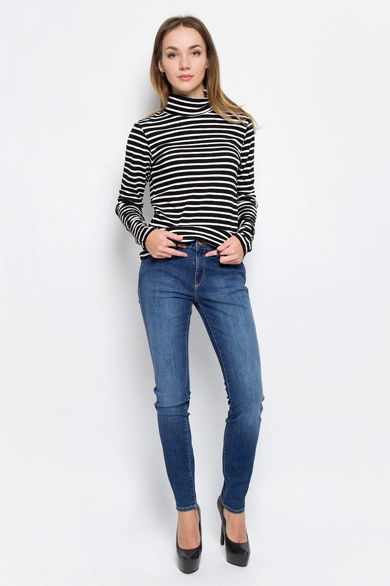 Джинсы женские Wrangler Evalyn, цвет: синий. W26E9179H. Размер 30-32 (46-32)W26E9179HСтильные женские джинсы выполнены из качественного комбинированного материала. Модель зауженного к низу кроя со стандартной посадкой на талии. Джинсы застегиваются на металлическую пуговицу в поясе и ширинку на застежке-молнии, имеются шлевки для ремня. Изделие дополнено спереди двумя втачными карманами и одним маленьким накладным кармашком, а сзади - двумя накладными карманами. Оформлена модель контрастной прострочкой и эффектом потертости.