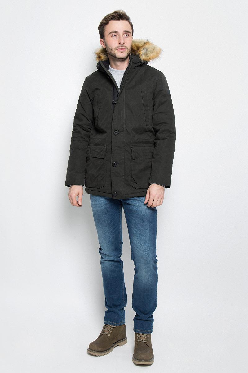 КурткаW4631XURYМужская куртка Wrangler выполнена из хлопка. Наполнитель - синтепон. Модель с длинными рукавами и несъемным капюшоном на кнопках застегивается на застежку-молнию спереди и имеет ветрозащитный клапан на пуговицах. Изделие дополнено двумя втачными карманами на застежках-молниях и двумя накладными карманами с клапанами на кнопках спереди, а также втачным внутренним карманом на застежке-молнии и внутренним накладным карманом. Рукава дополнены хлястиками с кнопками. Объем капюшона регулируется при помощи шнурка-кулиски.