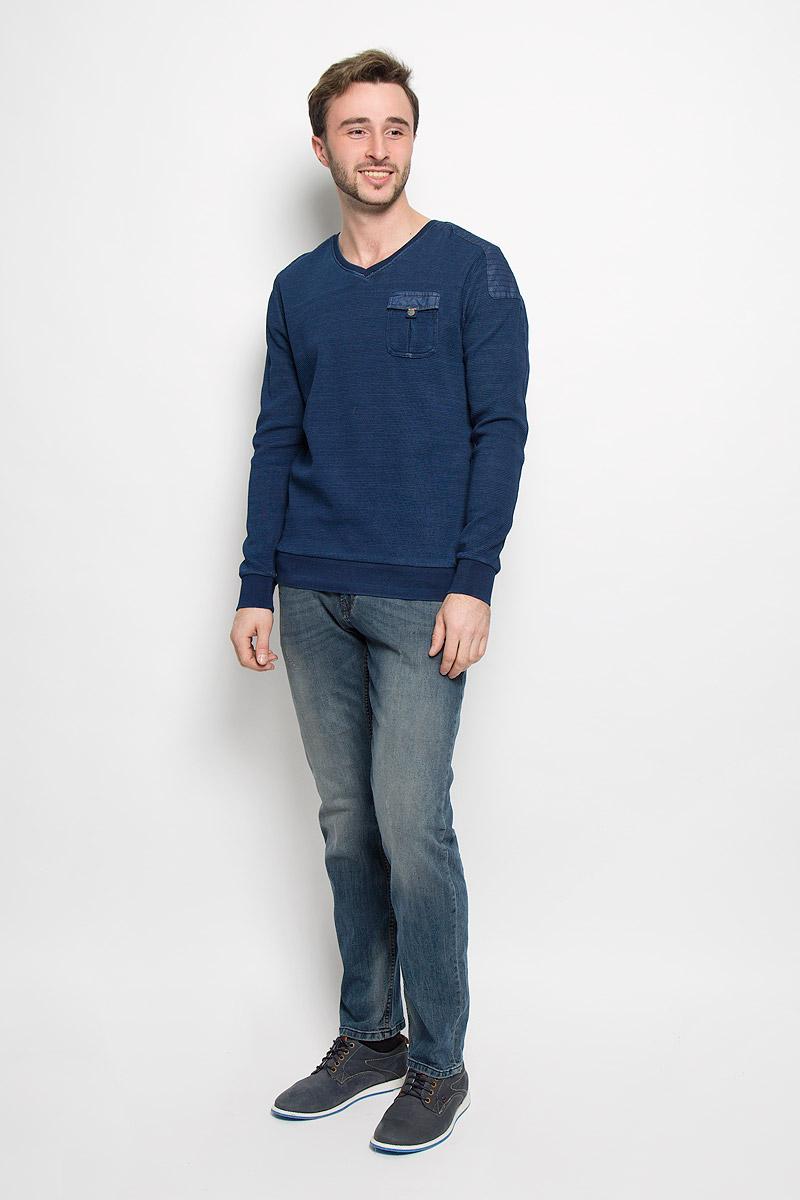 Пуловер2530387.00.10_6800Модный мужской пуловер Tom Tailor выполнен из натурального хлопка. Модель с V-образным вырезом горловины идеально подойдет для создания современного образа в стиле Casual. На груди расположен накладной карман, закрывающийся на клапан с кнопкой. Вырез горловины, манжеты рукавов и низ изделия дополнены трикотажными резинками.
