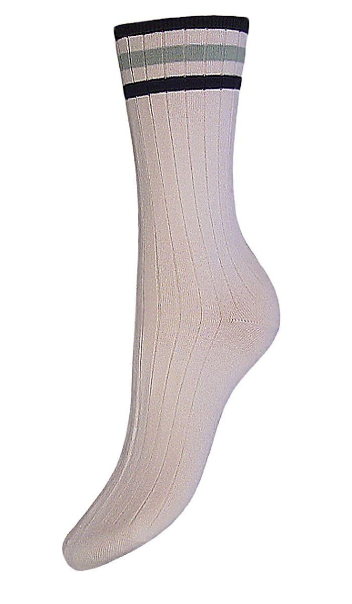 Комплект носковSCL73Женские носки Гранд с медицинской резинкой изготовлены по специальной технологии для людей, страдающих заболеваниями ног, а также для тех, кто думает о своем здоровье и хочет предотвратить эти заболевания. Носки предназначены для оздоровления ног и профилактики венозной недостаточности, а также для снятия синдрома тяжести в ногах. Данная модель медицинских носков мягкая, удобная, эластичная. Хорошо держит форму и обладает повышенной воздухопроницаемостью. Функция отвода влаги позволяет сохранить ноги сухими. Используя европейские стандарты на современных вязальных автоматах, компания Гранд предоставляет покупателю высокое качество изготавливаемой продукции.