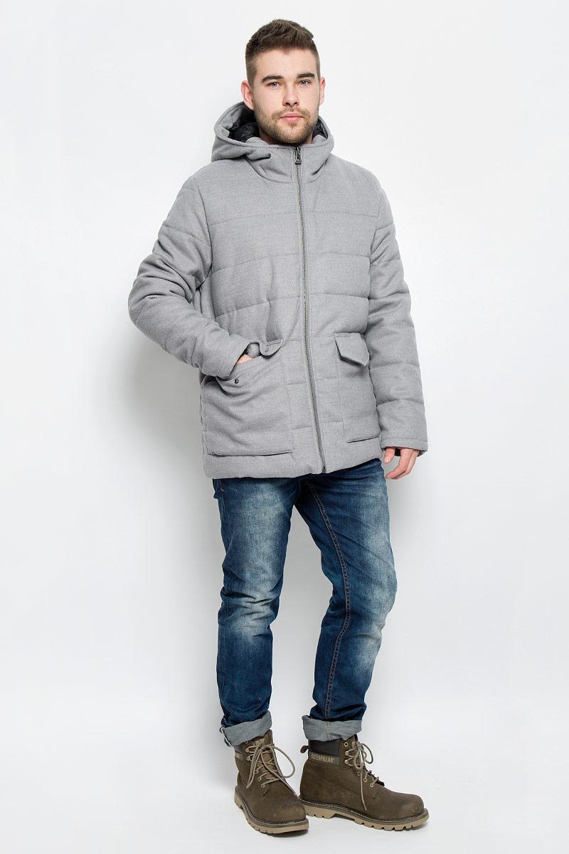 Куртка20100466_807Мужская куртка Broadway John с длинными рукавами и несъемным капюшоном выполнена из полиэстера с добавлением вискозы и эластана. Наполнитель - синтепон. Куртка застегивается на застежку-молнию спереди. Изделие оснащено двумя накладными карманами с клапанами на кнопках спереди, а также внутренним накладным карманом на липучке.