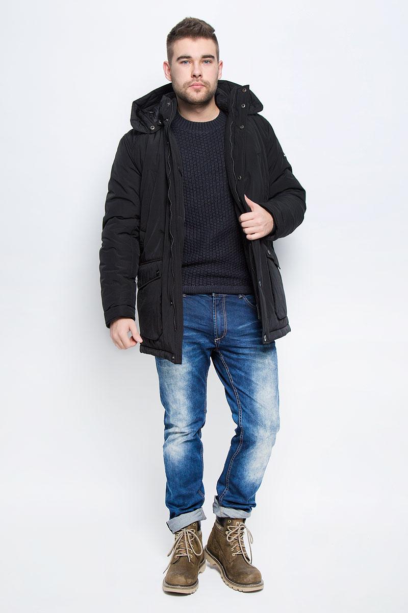 Куртка мужская Finn Flare, цвет: черный. W16-22009_200. Размер XL (52)W16-22009_200Мужская куртка Finn Flare выполнена из хлопка с добавлением нейлона. В качестве подкладки и наполнителя используется полиэстер. Модель с воротником-стойкой и со съемным капюшоном застегивается на застежку-молнию с двумя бегунками и имеет ветрозащитную планку на кнопках. Капюшон дополнен эластичным шнурком со стоплерами и пристегивается к изделию за счет кнопок. Низ рукавов дополнен внутренними эластичными манжетами. Объем по линии талии регулируется за счет скрытого эластичного шнурка со стоплерами. Спереди расположено четыре накладных кармана, два из которых с клапанами на кнопках и два прорезных кармана на кнопках, а с внутренней стороны накладной карман липучке и прорезной карман на застежке-молнии. Модель оформлена символикой бренда.