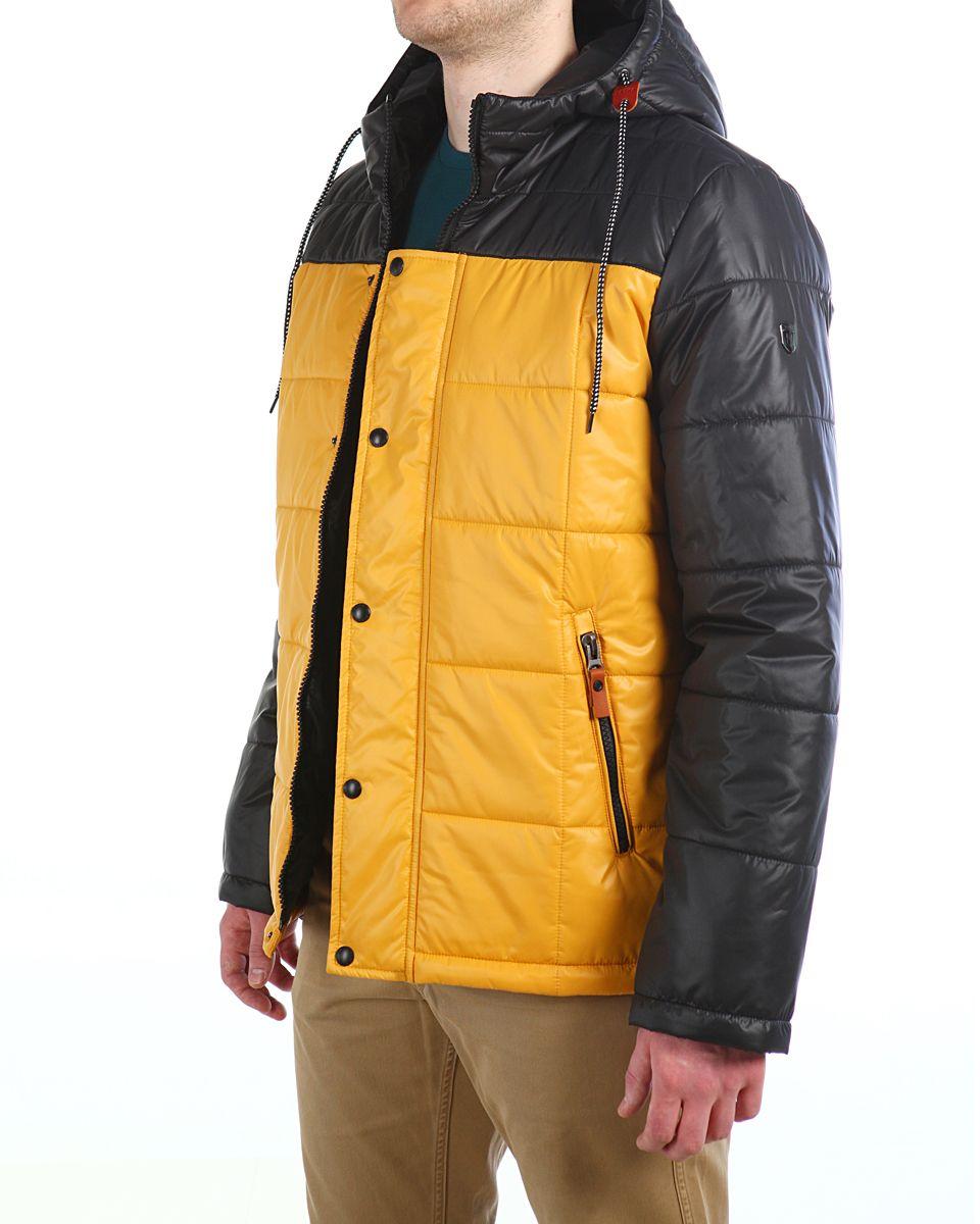 Куртка мужская Xaska, цвет: чеpный, желтый. 16603. Размер 4616603_Black/YellowМужская куртка Xaska изготовлена из высококачественного полиэстера. В качестве утеплителя используется полиэстер. Куртка с несъемным капюшоном застегивается на застежку-молнию, а также дополнительно имеет ветрозащитную планку на кнопках. Капюшон оснащен текстильным шнурком со стопперами. Рукава дополнены внутренними эластичными манжетами. Объем по низу регулируется с помощью эластичного шнурка со стопперами. Спереди имеются два прорезных кармана на застежках-молниях, на внутренней стороне также имеются два прорезных кармана на молниях. На левом рукаве расположена небольшая металлическая пластина с названием бренда.