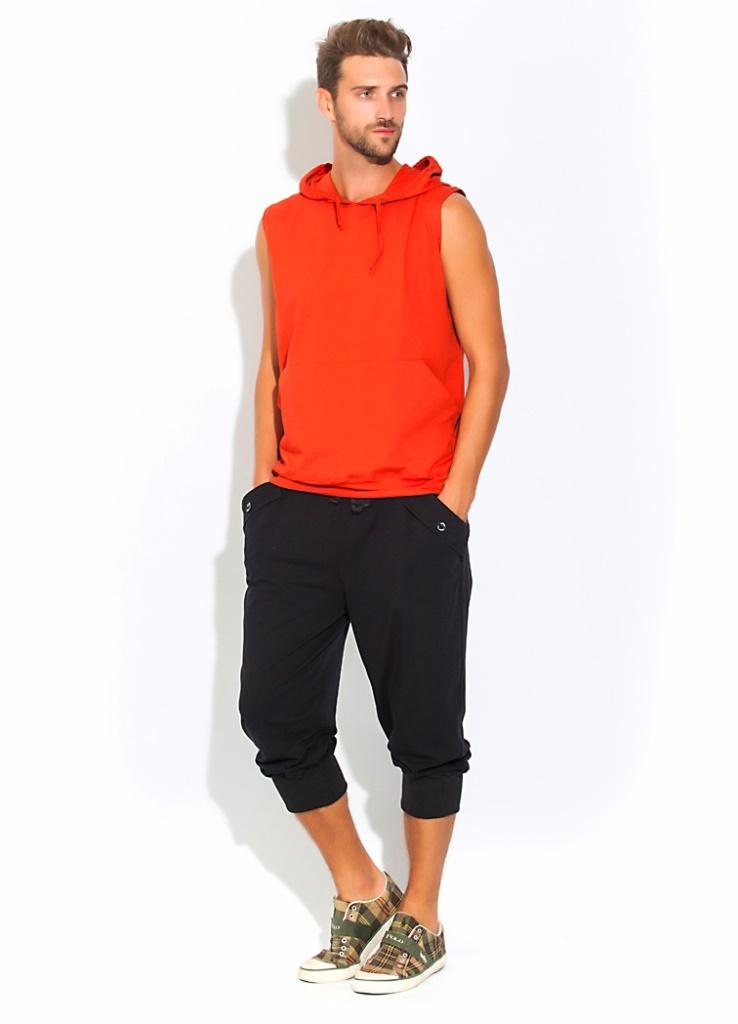 Домашний костюм мужской Peche Monnaie Flaxy, цвет: терракотовый, черный. 34. Размер L (50)34Универсальный и стильный костюм для мужчин ведущих активный образ жизни или предпочитающих спортивный стиль в одежде. А так же легкость, раскованность и свободу в движении. Отличный вариант для тех, кто любит спортивный и комфортный стиль в одежде, для уличного спорта или закрытого фитнеса, великолепен для прогулок на велосипеде, для любителей бега и любого движения. Комплект состоит из футболки и удлиненных шорт-бридж. Футболка в модной тенденции этого сезона: без рукавов, с полноценным капюшоном на завязках и внешними карманами на передней части в стиле кенгуру. Свободные шорты - бриджи чуть ниже колена с эффектными складками и широкой резинкой внизу - для плотной фиксации по ноге. Широкая и комфортная резинка по талии с внутренними завязками для лучшей фиксации. Удобные боковые карманы стильно декорированы внешними накладками с фирменными пуговицами в центральной части. Сзади выполнены эффектные накладки в виде муляжа задних карманов.