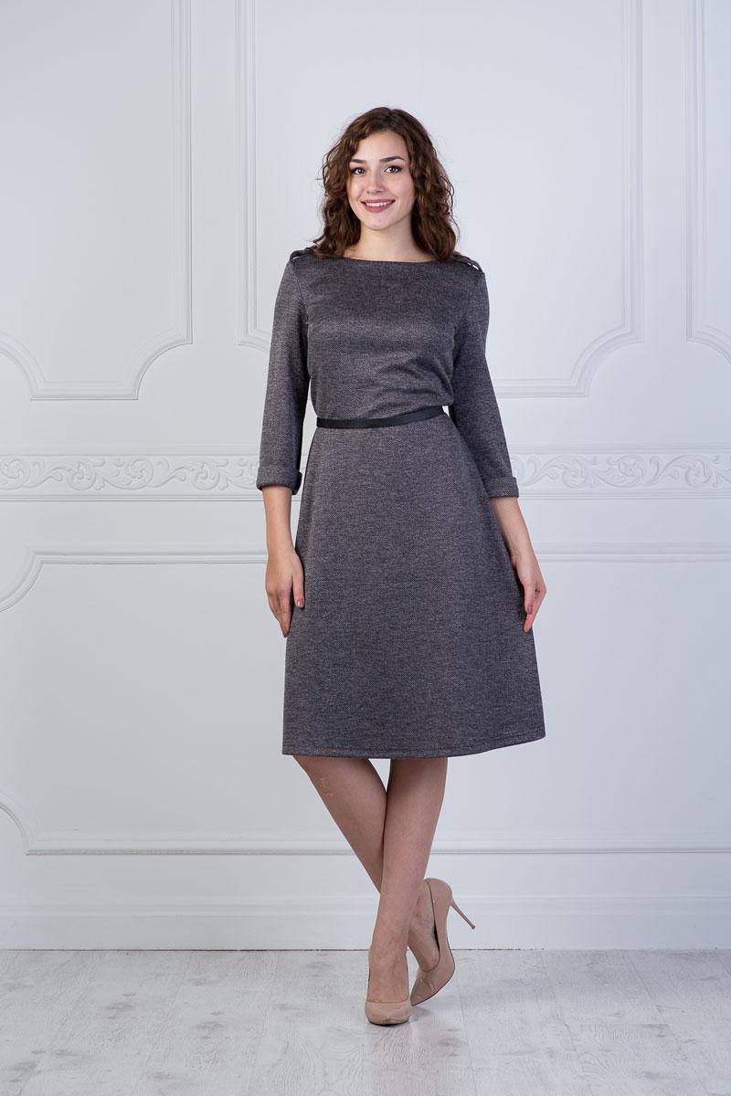 Платье906Платье Lautus выполнено из полиэстера с добавлением вискозы и эластана. Платье-миди с круглым вырезом горловины и рукавами длинной 3/4. Низ рукавов дополнен небольшими отворотами. Плечевые швы оформлены декоративными хлястиками на пуговицах.