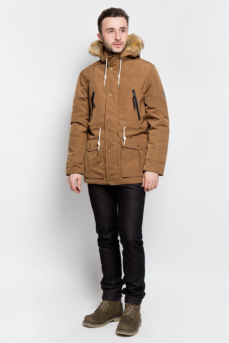 Куртка3532862.02.12_8607Мужская куртка Tom Tailor Denim выполнена из 100% полиэстера. В качестве подкладки и утеплителя используется полиэстер. Модель с капюшоном и длинными рукавами застегивается на застежку-молнию и дополнительно имеет ветрозащитную планку на кнопках. Капюшон дополнен шнурком-кулиской и оформлен искусственным мехом. Низ рукавов дополнен хлястиками на кнопках. Линия талии дополнена шнурком-кулиской. Спереди расположено два накладных кармана с клапанами на кнопках, два прорезных кармана на застежках-молниях и два боковых кармана на кнопке, а с внутренней стороны расположен прорезной карман на кнопке. Куртка оформлена фирменными нашивками.
