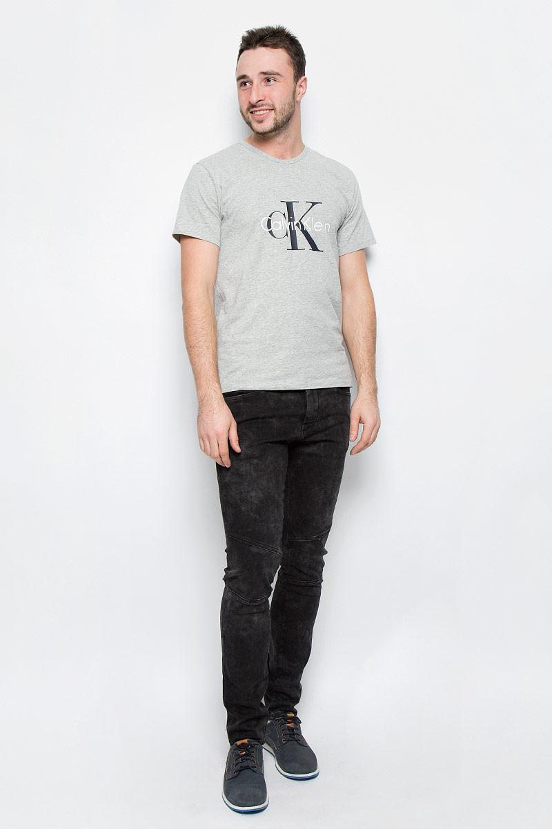 Футболка мужская Calvin Klein Underwear, цвет: серый. NM1328A_080. Размер M (48)NM1328A_080Мужская футболка Calvin Klein Underwear выполнена из эластичного хлопка. Модель с круглым вырезом горловины и короткими рукавами оформлена брендовым логотипом. Горловина дополнена трикотажной резинкой.