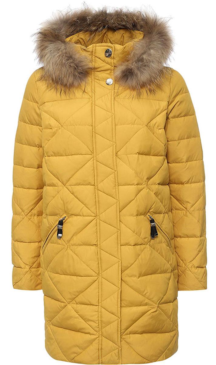 Пальто женское Finn Flare, цвет: темно-желтый. W16-12005_417. Размер XL (50)W16-12005_417Стильное женское пальто Finn Flare изготовлено из нейлона и полиэстера. В качестве утеплителя используется пух с добавлением пера.Модель с воротником-стойкой и съемным капюшоном, оформленным съемным натуральным мехом енота, застегивается на застежку-молнию и дополнительно на клапан с кнопками. Капюшон, дополненный регулирующим эластичным шнурком, пристегивается к пальто с помощью кнопок. Спереди расположены два прорезных кармана на застежках-молниях. На нижней части и с внутренней стороны на талии модель оснащена регулирующим эластичным шнурком со стопперами.