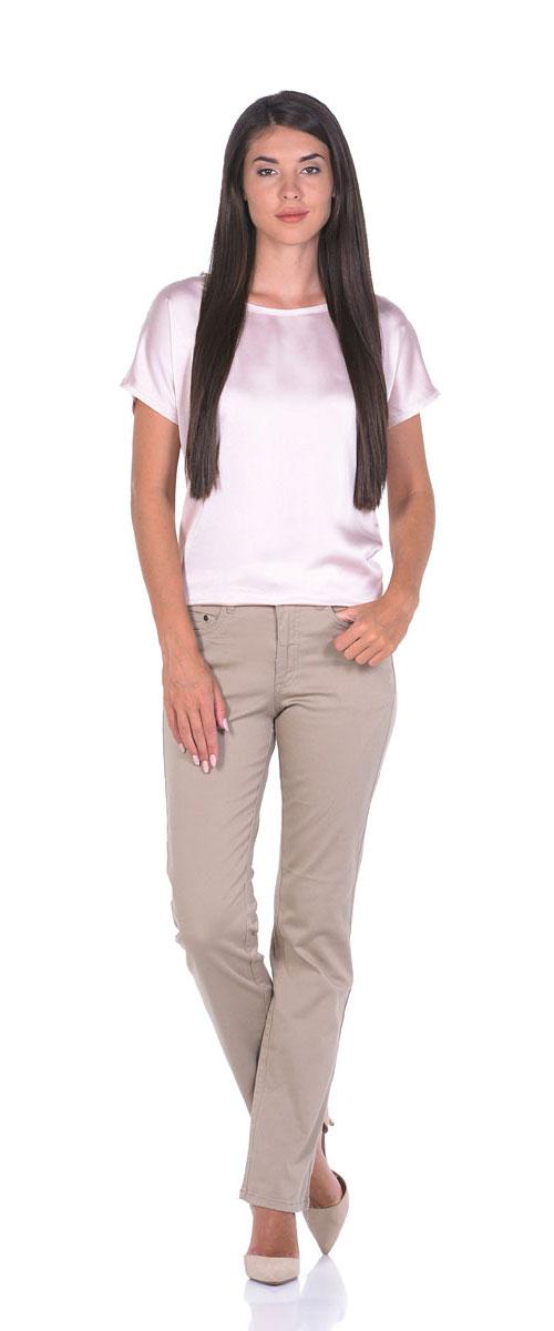 Брюки10779_SandСтильные женские брюки прямого кроя выполнены из эластичного хлопка. Модель застегивается на пуговицу и ширинку на застежке-молнии, имеются шлевки для ремня. Спереди брюки дополнены двумя прорезными карманами и одним маленьким накладным карманом, сзади двумя накладными карманами.