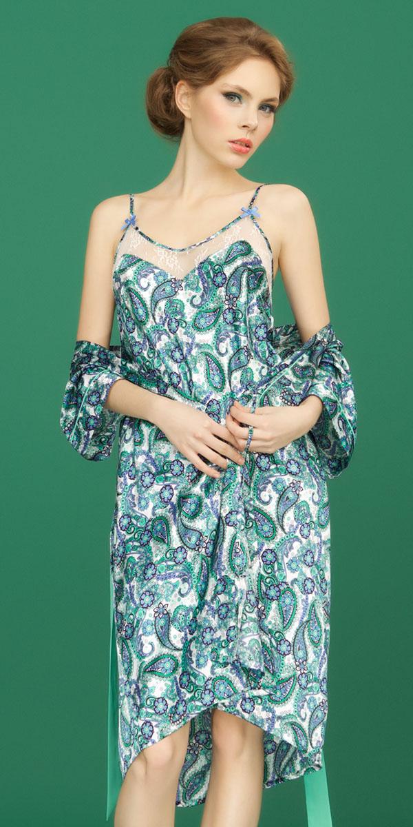 Ночная рубашкаBB151Ночная сорочка на бретелях Vienna от итальянской марки Barbara Bettoni выполнена из атласного материала в свежих и гармоничных оттенках зеленого и васильково-синего цвета, которые придают традиционному восточному узору турецких огурцов ноту европейского стиля и новизны. Сияние атласа наполняет краски принта еще большей яркостью. Изящная отделка из легкого шифона нежного мятного оттенка подчеркивает легкость и воздушность коллекции. Вставки из полупрозрачного кружевного полотна с цветочными мотивами придают выразительность и интригующую привлекательность.