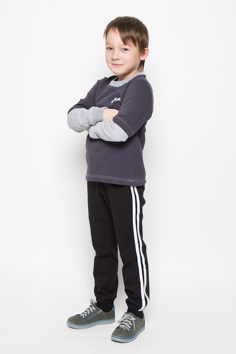 Брюки6453Спортивные брюки для мальчика Pastilla Фристайл выполнены из хлопка с добавлением полиэстера. Модель на талии имеет широкую резинку, дополненную шнурком. Брюки оформлены контрастными лампасами Низ брючин дополнен эластичными резинками.