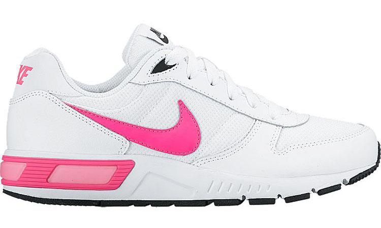 Кроссовки детские Nike Nightgazer, цвет: белый, розовый. 705478-102. Размер 5,5 (37,5)705478-102Стильные кроссовки Nightgazer от Nike придутся по душе вашему ребенку. Модель, выполненная из текстиля, дополнена вставками из натуральной и искусственной кожи. По бокам изделие оформлено логотипом бренда, на язычке - фирменной нашивкой, на заднике - названием бренда. Классическая шнуровка надежно фиксирует модель на ноге. Подкладка из текстиля и стелька из EVA с текстильной поверхностью комфортны при движении. Резиновая подошва с протектором обеспечивает сцепление с любым покрытием.