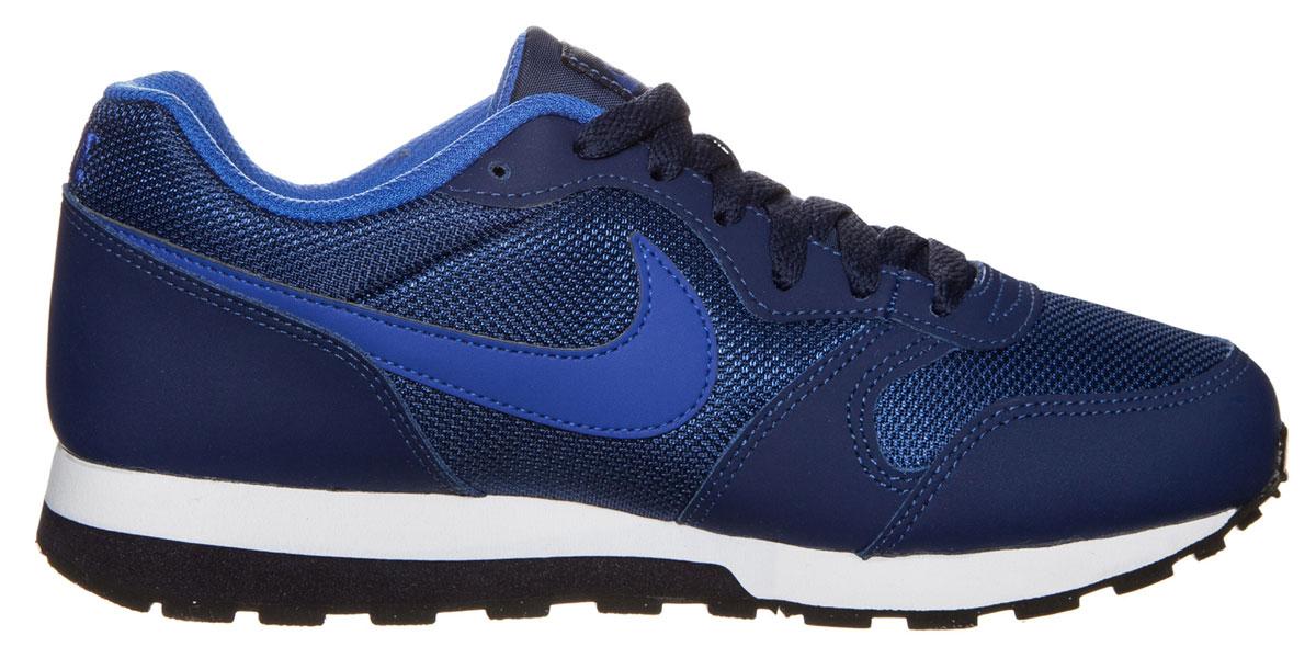 Кроссовки детские Nike Md Runner 2 (GS), цвет: темно-синий, синий. 807316-405. Размер 3,5 (34,5)807316-405Кроссовки Nike MD Runner 2 с воздухопроницаемым верхом из сетки и накладками из натурального спилка, выполнены в стиле легендарной модели для бега 1990-х. Модель сохраняет все оригинальные детали, кроме промежуточной подошвы. Вместо пеноматериала EVA в ней используется инжектированный филон, обеспечивающий амортизацию без утяжеления. У модели удобная шнуровка, текстильная внутренняя отделка и мягкая стелька с текстильной накладкой, а также резиновая подошва с протектором.