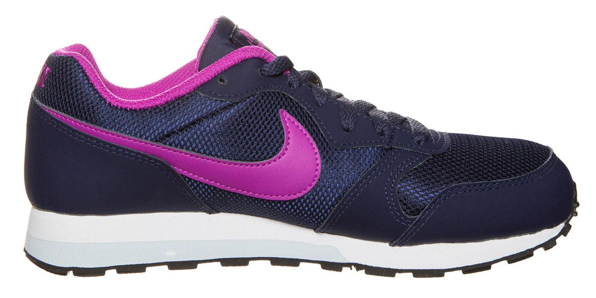 Кроссовки детские Nike MD Runner, цвет: темно-синий. 807319-401. Размер 5,5 (37,5)807319/807320Детские кроссовки MD Runner от Nike выполнены из натуральной кожи и текстиля. Подкладка из текстиля не натирает. Стелька из ЭВА материала с текстильной поверхностью комфортна при движении. Шнуровка надежно зафиксирует модель на ноге. Промежуточная подошва из филона обеспечивает амортизацию без утяжеления. Резиновая подошва дополнена рифлением.
