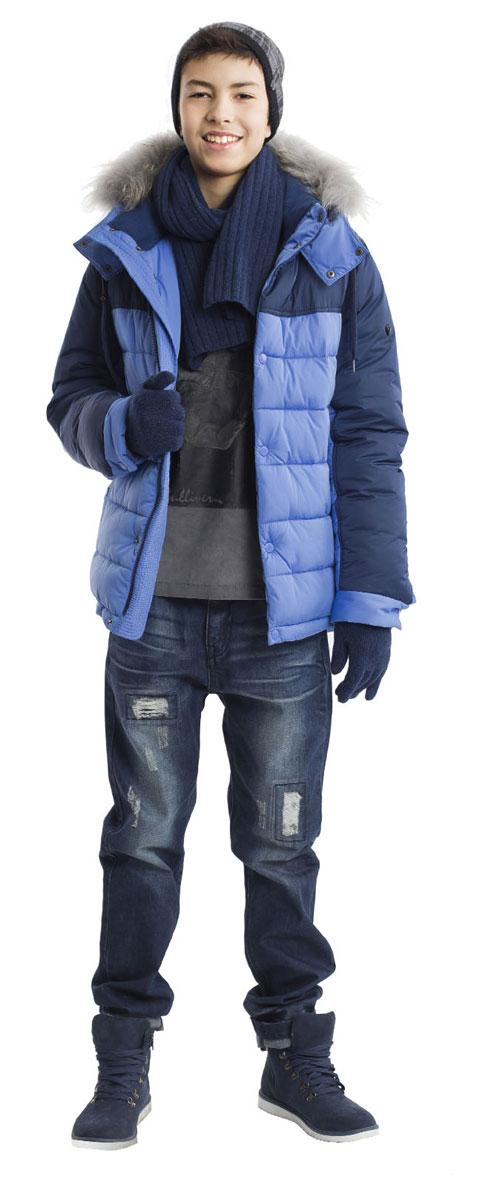 Куртка для мальчика Gulliver, цвет: синий. 21611BTC4102. Размер 14621611BTC4102Какими должны быть куртки для мальчиков? Модными или практичными, красивыми или функциональными? Отправляясь на осенний шоппинг,мамы мальчиков должны ответить на эти непростые вопросы. Куртка от Gulliver упрощает задачу, потому что сочетает в себе все лучшие характеристики детских курток для мальчиков. Красивый цветовой контраст, комфортная длина, множество интересных функциональных и декоративных деталей делают куртку яркой и привлекательной. Эта куртка с капюшоном подарит своему обладателю прекрасный внешний вид, комфорт и удобство. Если вы решили купить модную зимнюю куртку, эта модель - прекрасный выбор!