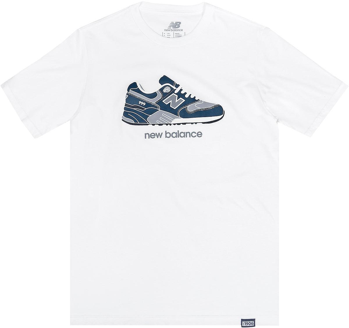 ФутболкаMT63555/ATМужская футболка New Balance с короткими рукавами и круглым вырезом горловины выполнена из хлопка с добавлением полиэстера. Футболка украшена принтом с изображением кроссовка и логотипа бренда спереди.