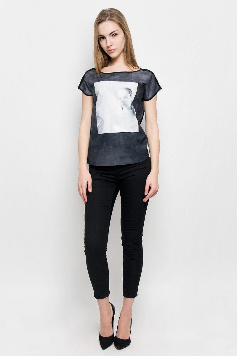 Футболка10156891_99BЖенская футболка Broadway Rory изготовлена из высококачественного комбинированного материала. Модель с короткими цельнокроеными рукавами и круглым вырезом горловины украшена крупным черно-белым принтом с размытым портретом девушки.