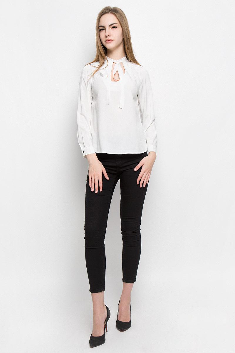Блузка10156967_001Женская блуза Broadway Vicki с длинными рукавами и круглым горловины выполнена из натуральной вискозы. Блузка имеет свободный крой, горловина дополнена декоративными завязками. Манжеты рукавов застегиваются на пуговицы. Блузка украшена кружевными вставками.