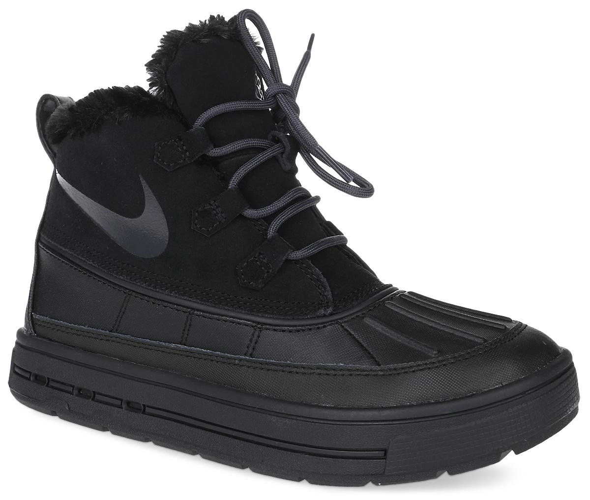 Ботинки детские Nike Woodside Chukka 2 (GS), цвет: черный. 859425-002. Размер 3,5 (34,5)859425-002Ботинки Nike Woodside Chukka 2 выполнены из сочетания искусственной и натуральной кожи, дополнена резиновой вставкой. Подкладка изготовлена из искусственного меха. Модель на шнуровке. Вставка phylon по всей длине подошвы обеспечивают мягкую амортизацию. Резиновая подошва оснащена протектором.