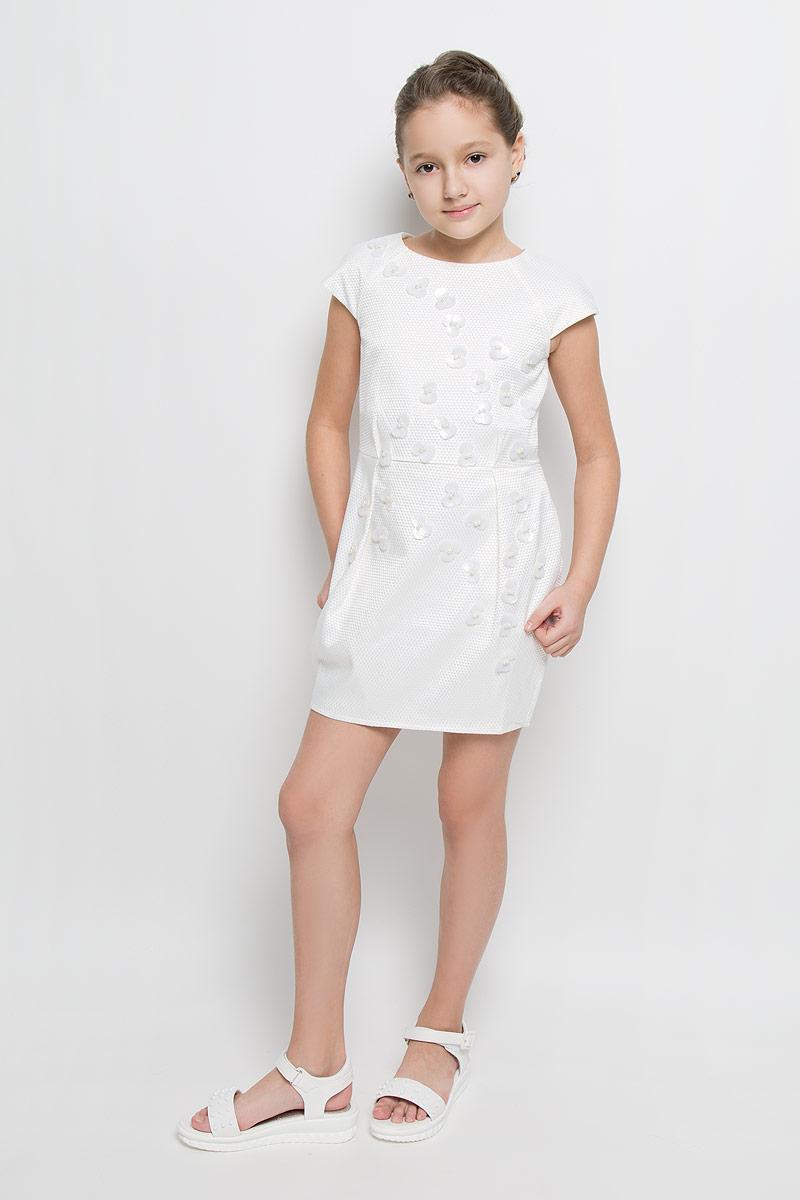 ПлатьеND6505-17Платье для девочки Nota Bene выполнено из 100% полиэстера и дополнено подкладкой из натурального хлопка. Платье-миди с круглым вырезом горловины и короткими рукавами-реглан застегивается на потайную застежку-молнии расположенную в среднем шве спинки. Юбка дополнена складками. Спереди платье оформлено оригинальными цветочками из пайеток и мелких бусин.