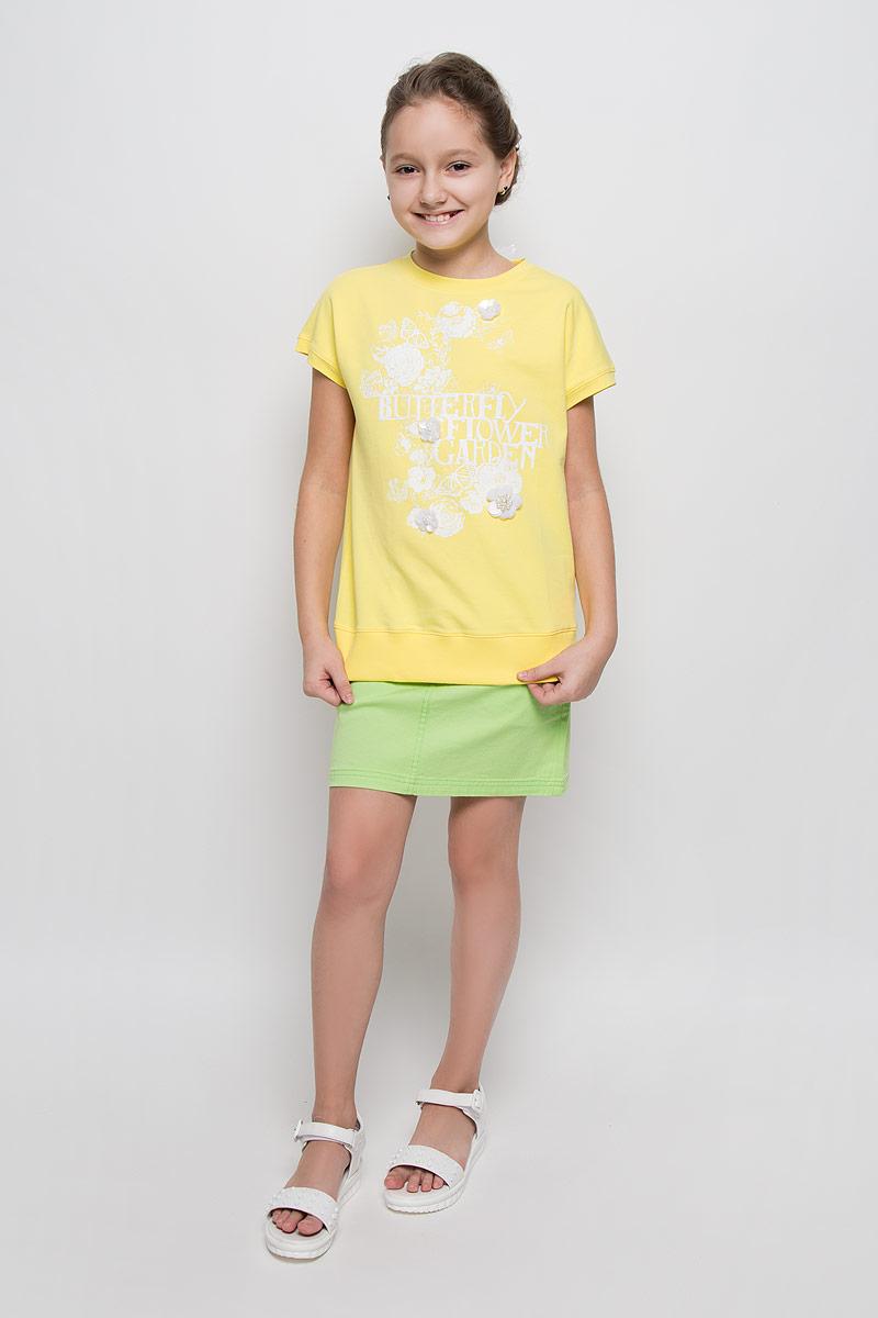 ФутболкаSCFSG-628-25132-500 мод.F6-001Футболка для девочки Silver Spoon Casual, выполненная из эластичного хлопка, станет ярким дополнением к детскому гардеробу. Материал изделия очень приятный на ощупь, не сковывает движения ребенка и позволяет коже дышать, обеспечивая комфорт. Лицевая сторона футболки гладкая, изнаночная с маленькими петельками. Футболка с круглым вырезом горловины и короткими рукавами завязывается сзади при помощи лент. Низ модели дополнен широкой трикотажной резинкой. Изделие оформлено цветочным принтом и термоаппликаций в виде надписи с блестящим напылением. Украшена футболка декоративными цветами, выполненными из пайеток и бусин. Стильный дизайн и расцветка делают эту футболку модным предметом детской одежды. В ней ребенок всегда будет в центре внимания!