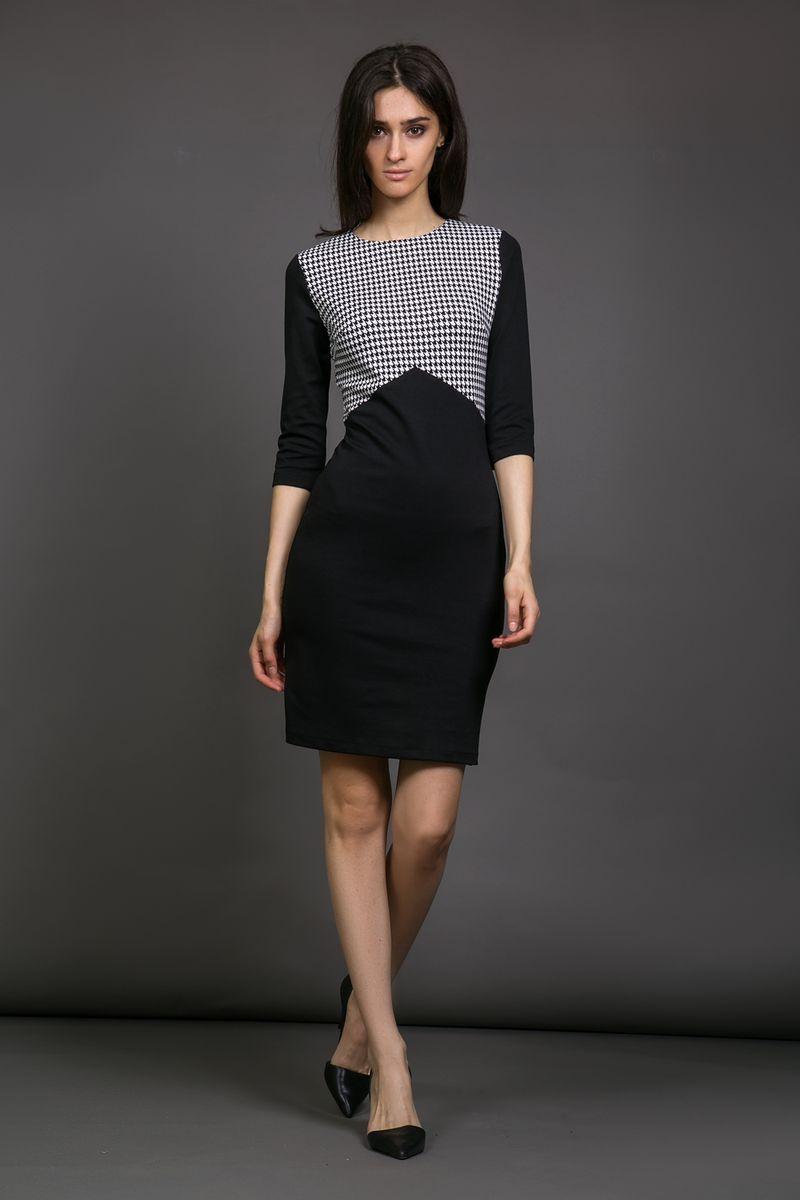 Платье13925Платье La Via Estelar выполнено из вискозы, полиэстера и лайкры. Модель с круглым вырезом горловины и рукавом 3/4 дополнена контрастной вставкой. Платье застегивается сзади на застежку-молнию.