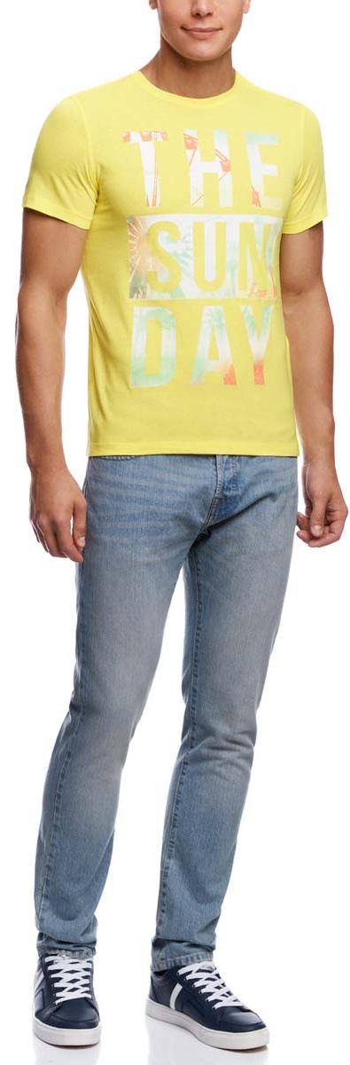Футболка5L611281M/44135N/5252PМужская футболка oodji изготовлена из высококачественного натурального хлопка. Модель с короткими рукавами и круглым вырезом горловины оформлена абстрактным принтом с надписью на английском языке.