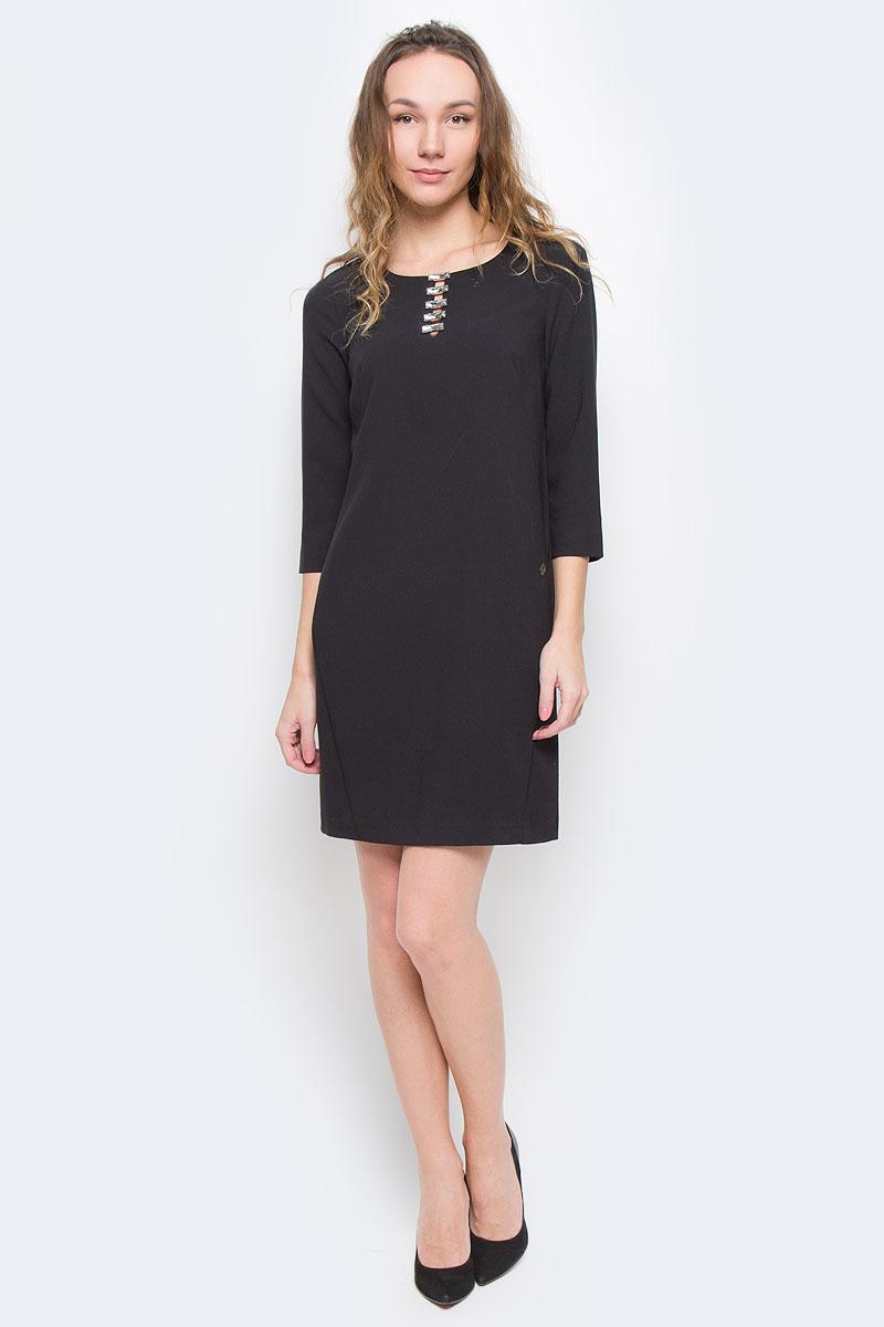 ПлатьеW16-170250_200Очаровательное платье Finn Flare изготовлено из полиэстера с добавлением вискозы и эластана. Модель с круглым вырезом горловины и рукавами 3/4. На спинке модель застегивается на скрытую застежку-молнию. Спереди платье оформлено большими стразами.
