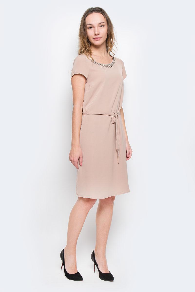 Платье10152143 347Эффектное платье-миди в романтическом стиле Broadway идеально впишется в ваш гардероб. Модель прямого свободного силуэта с круглым вырезом горловины и короткими рукавами, изготовлена из полиэстера. Модель с текстильным поясом, фиксированным на тонких шлевках. Горловина модели оформлена кантом и декорирована контрастными стразами. Отличный вариант для свидания и встречи с друзьями.
