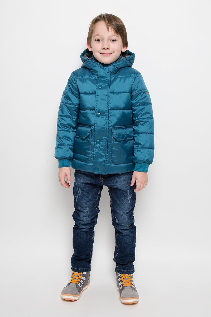Куртка216BBBC41020300Куртка для мальчика Button Blue c длинными рукавами, воротником-стойкой и несъемным капюшоном выполнена из прочного полиэстера. Подкладка капюшона и воротника-стойки выполнена из мягкого флиса. Наполнитель - синтепон. Объем капюшона регулируется при помощи шнурка-кулиски со стопперами. Модель застегивается на застежку-молнию спереди и имеет ветрозащитный клапан на кнопках. Изделие имеет два накладных открытых кармана и два накладных кармана на клапанах с кнопками спереди. Рукава оснащены трикотажными манжетами.