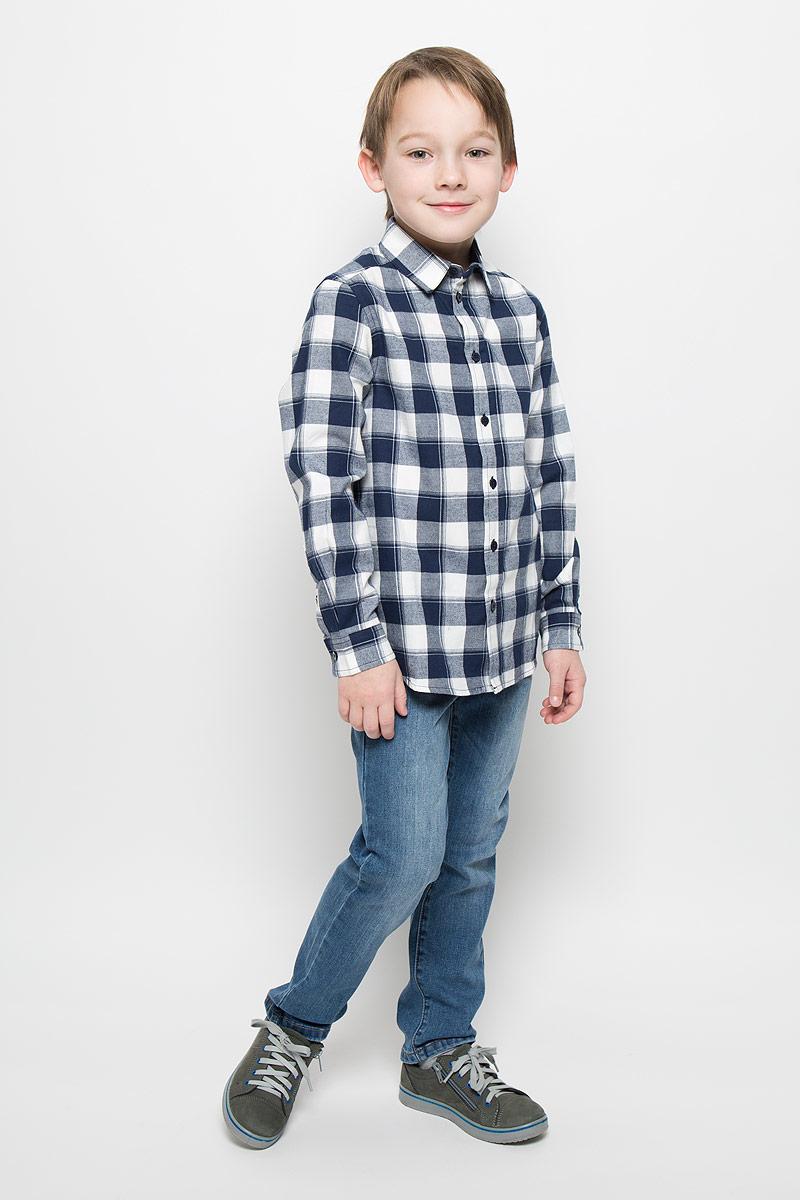 Рубашка216BBBC23010202Рубашка для мальчика Button Blue изготовлена из натурального хлопка. Рубашка с отложным воротником и длинными рукавами застегивается на пуговицы. На манжетах также имеются застежки-пуговицы. Изделие оформлено актуальным принтом в клетку. Модель позволит создать множество стильных многослойных решений в комбинации с однотонными футболками, пуловерами, джемперами.