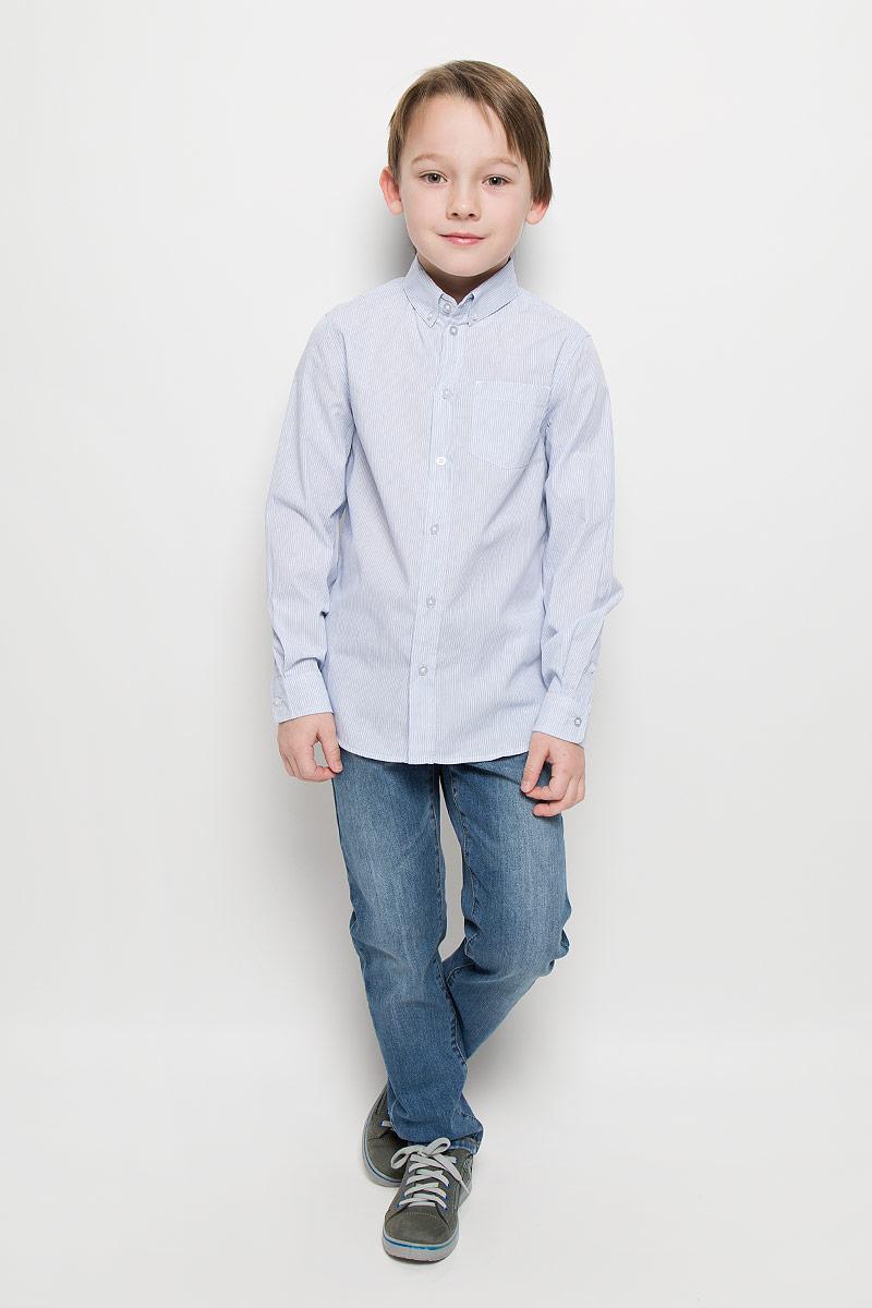 Рубашка216BBBC23020205Модная рубашка для мальчика Button Blue изготовлена из натурального хлопка. Рубашка с отложным воротником и длинными рукавами застегивается на пуговицы. На воротнике и манжетах также предусмотрены застежки- пуговицы. На груди расположен накладной карман. Изделие оформлено принтом в мелкую полоску. Рубашка Button Blue сделает образ ребенка стильным и свежим, соответствующим основным трендам сезона.