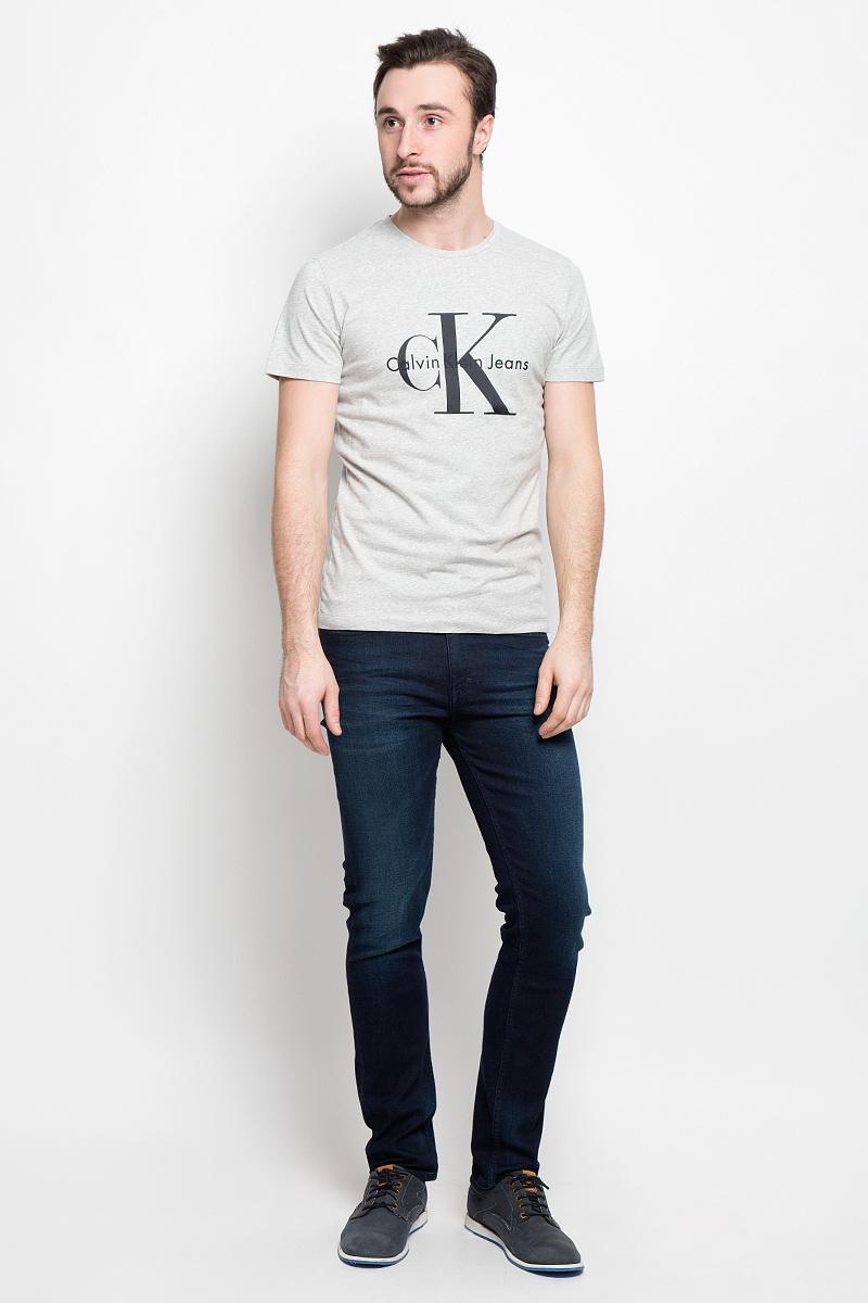 ФутболкаJ30J301354_0250Мужская футболка Calvin Klein Jeans выполнена из натурального хлопка. Модель с круглым вырезом горловины и короткими рукавами оформлена на груди фирменной эмблемой.
