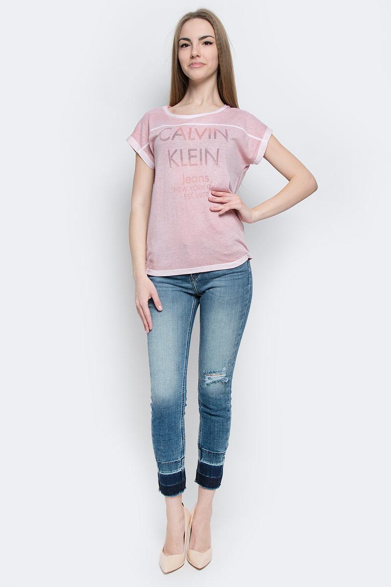ФутболкаJ20J201331_4350Женская футболка Calvin Klein Jeans выполнена из хлопка и полиэстера. Модель с круглым вырезом горловины и короткими рукавами имеет свободный силуэт. Изделие оформлено надписями.