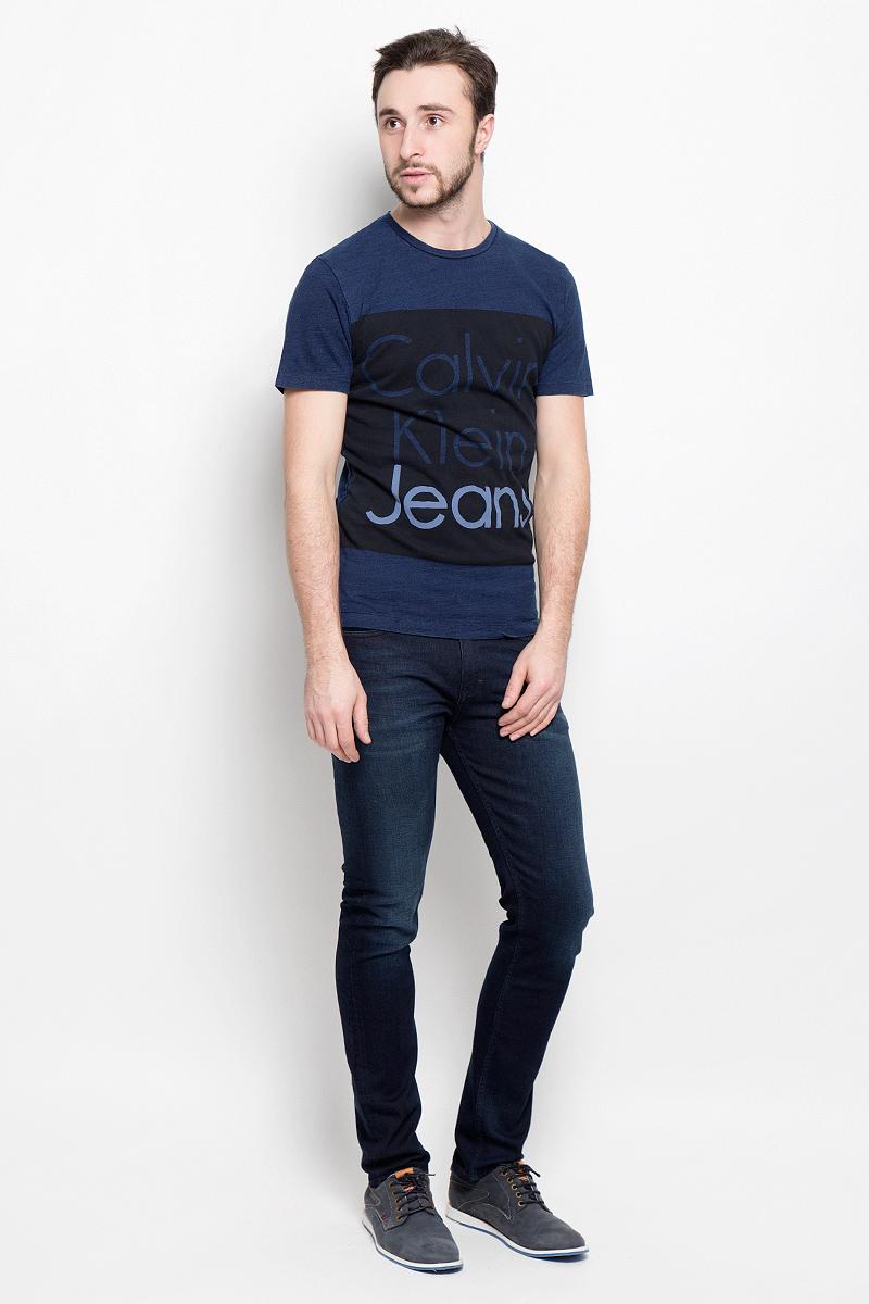 Футболка мужская Calvin Klein Jeans, цвет: темно-синий, черный. J30J301242_8630. Размер S (46)J30J301242_8630Мужская футболка Calvin Klein Jeans выполнена из натурального хлопка. Модель с круглым вырезом горловины и короткими рукавами оформлена на груди принтом в виде названия бренда.