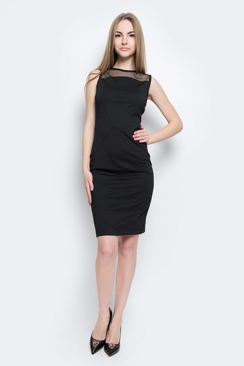 ПлатьеJ20J201360_0990Стильное платье Calvin Klein Jeans изготовлено из полиэстера с добавлением вискозы и эластана. Верх модели оформлен вставкой из сетчатого материала. Модель-миди с круглым вырезом горловины и без рукавов застегивается на металлическую застежку-молнию, расположенную на спинке.