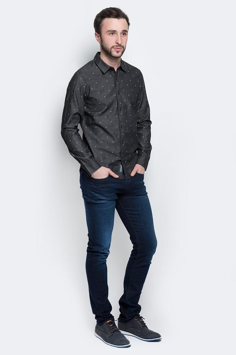 РубашкаJ30J301277_0990Стильная мужская рубашка Calvin Klein Jeans, выполненная из натурального хлопка, позволяет коже дышать, тем самым обеспечивая наибольший комфорт при носке. Модель-слим с отложным воротником и длинными рукавами застегивается на пуговицы по всей длине. Манжеты рукавов оснащены застежками-пуговицами. Изделие оформлено принтом с изображением логотипа бренда. Спинка модели немного удлинена.