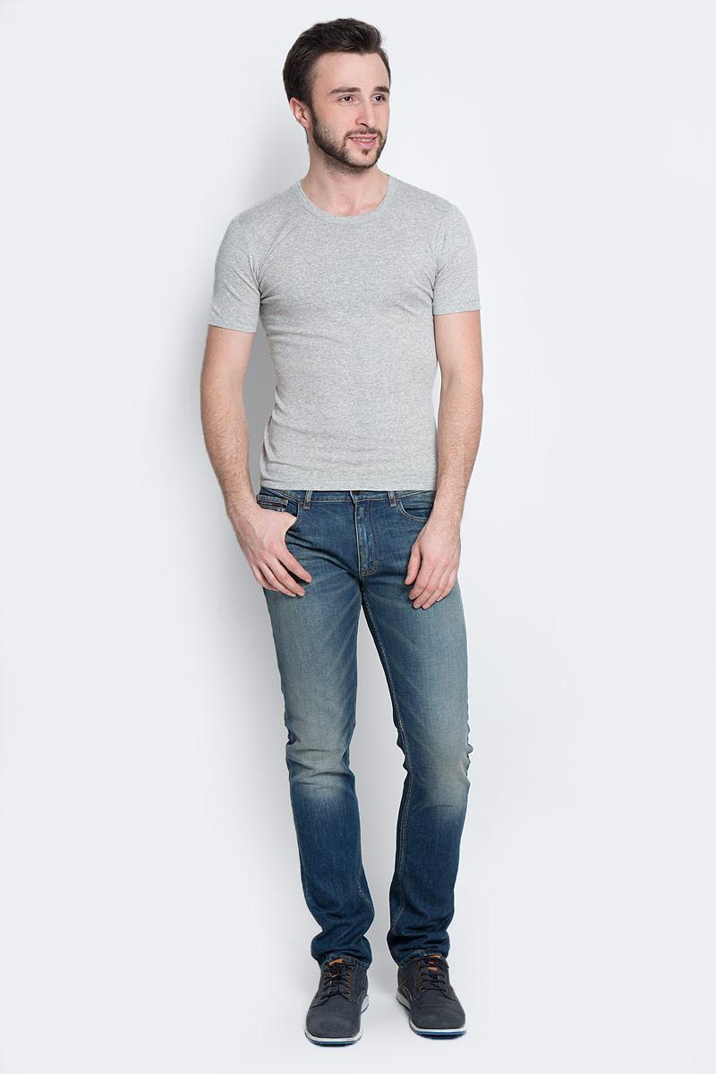 ФутболкаTMF101RМужская футболка Torro, изготовленная из натурального хлопка, мягкая и приятная на ощупь, не сковывает движения, обеспечивая наибольший комфорт. Модель полуприлегающего силуэта с короткими рукавами и круглым вырезом горловины. Эта футболка - практичная вещь, которая, несомненно, впишется в ваш гардероб, в ней вы будете чувствовать себя уютно и комфортно.