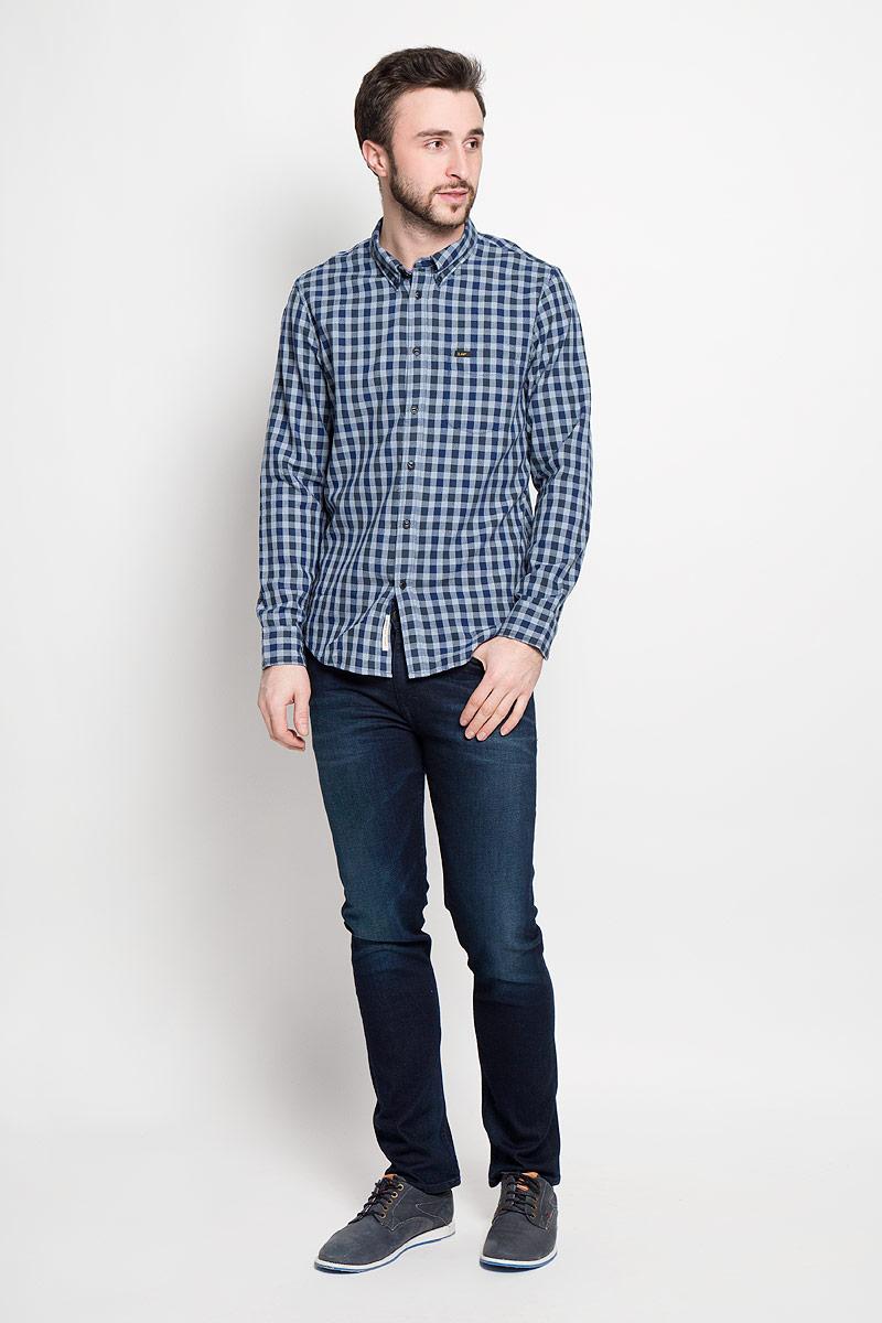 РубашкаL880NAPSМужская рубашка Lee выполнена из натурального хлопка. Рубашка с длинными рукавами и отложным воротником застегивается на пуговицы спереди. Манжеты рукавов также застегиваются на пуговицы. Рубашка оформлена принтом в клетку. На груди расположен накладной карман.