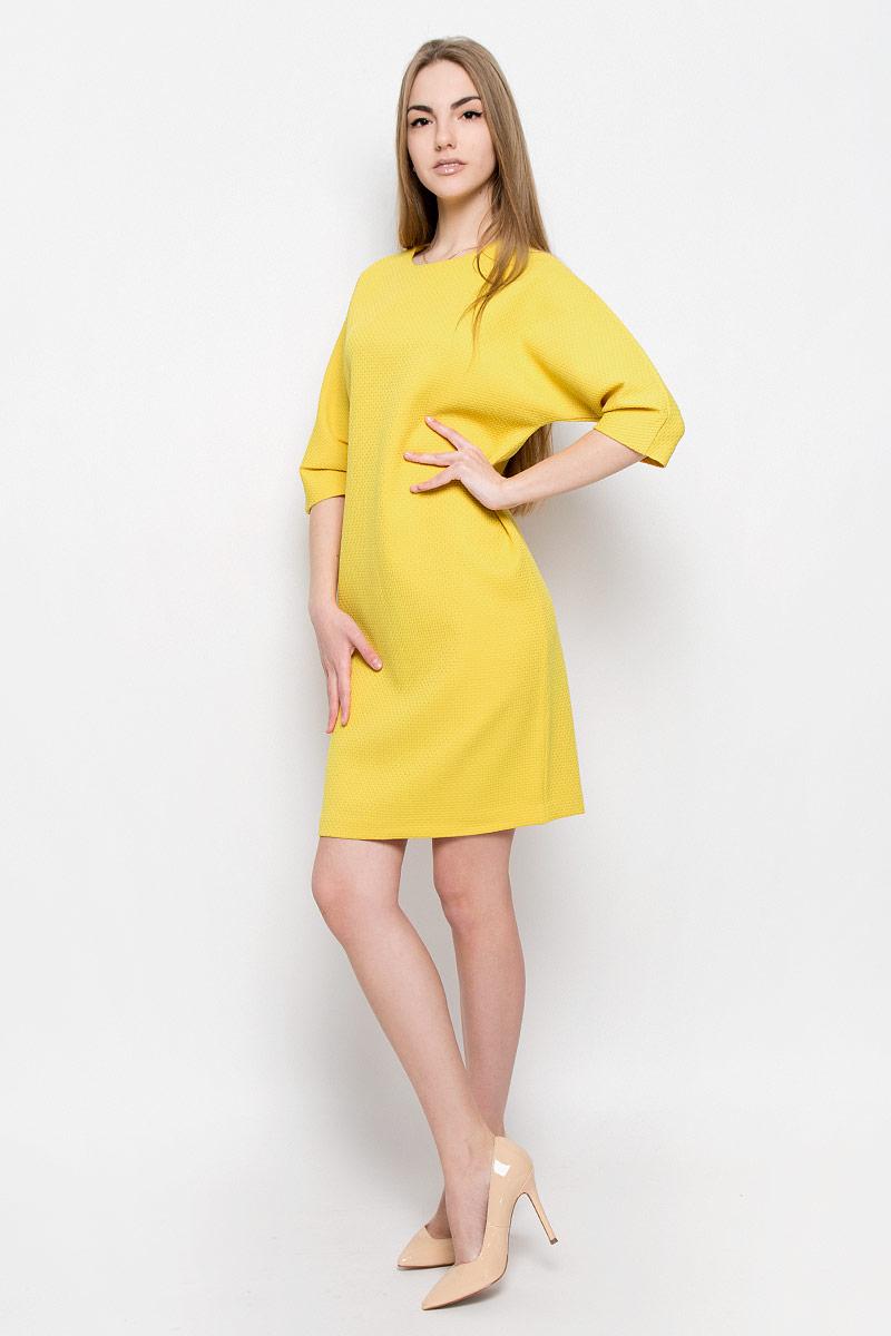 Платье103427Элегантное и стильное платье Ruxara выполнено из плотной ткани с рифленой поверхностью. Модель прямого силуэта длиной до колена. Рукав 3/4 со складками по нижнему шву. Сзади модель застегивается на потайную молнию.